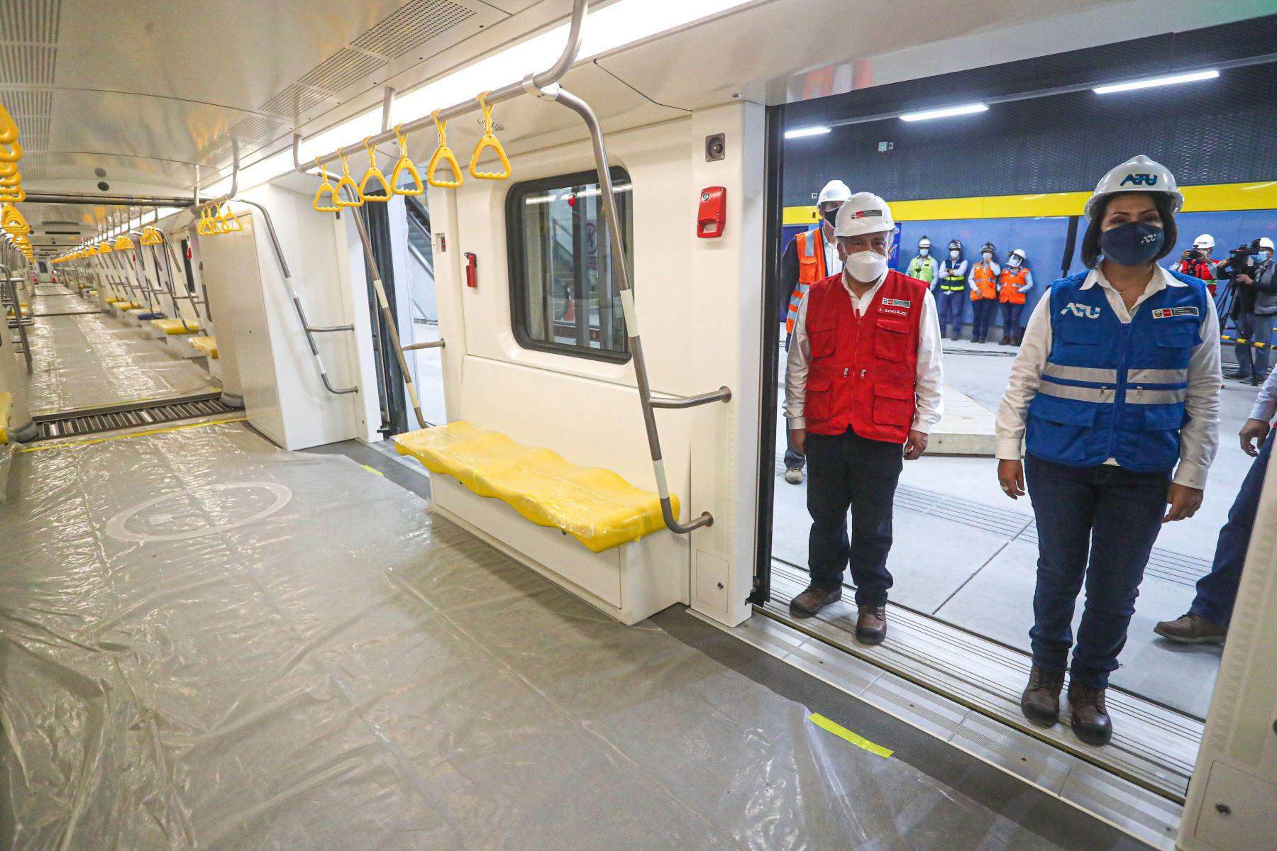 Ministro de Transportes y Comunicaciones,  Eduardo González Inspecciona los trabajos en la Línea 2 del Metro de Lima. Así mismo   informó que la ejecución física del proyecto tiene un avance del 33% y se han construidos más de 8 km de túneles. Adelantó que primer tramo estaría en operación en julio de este año. Foto: MTC