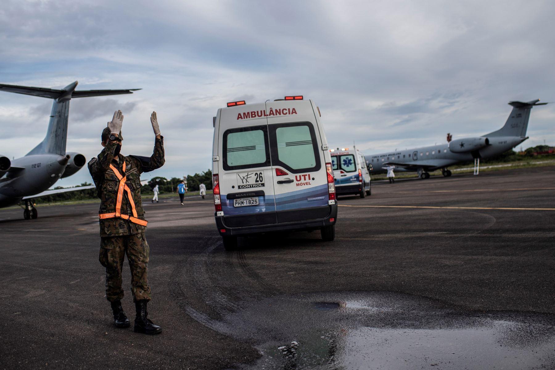 Ambulancias llevan a enfermos de la covid-19 hacia aviones para que sean trasladados y atendidos en otras ciudades, hoy en Manaos, Brasil.  Foto: EFE