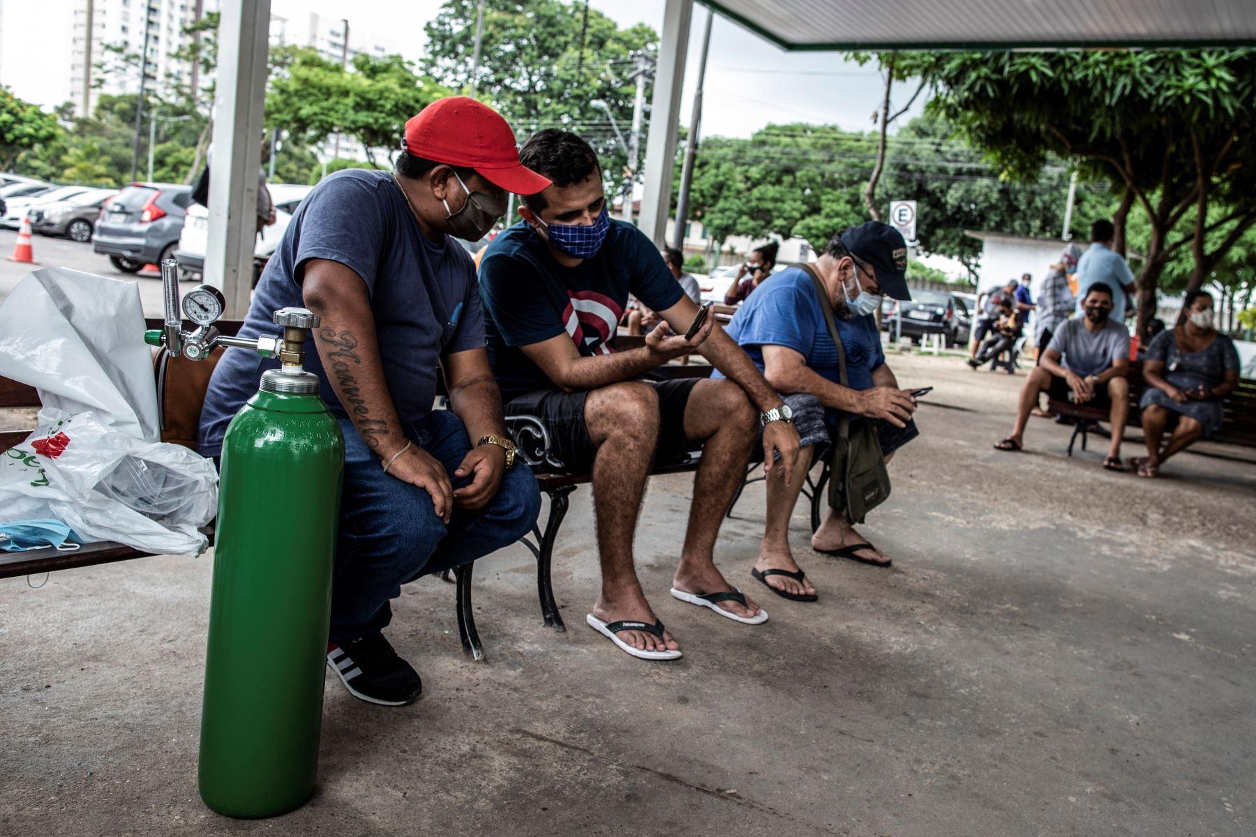 Adenauer Seixas  de 36 años, se ve con un cilindro de oxígeno que compró para su madre, paciente ingresada en el Hospital 28 de Agosto en Manaos, Amazonas, Brasil. Foto: EFE
