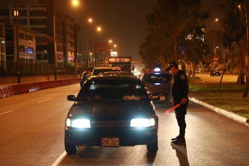 Control policial en la avenida Javier Prado, en Lima, como parte de las restricciones por la pandemia del covid-19. ANDINA/Carla Patiño Ramírez