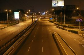 Así luce un sector de la avenida Javier Prado en la primera noche del toque de queda con horario reajustado. ANDINA/Carla Patiño Ramírez