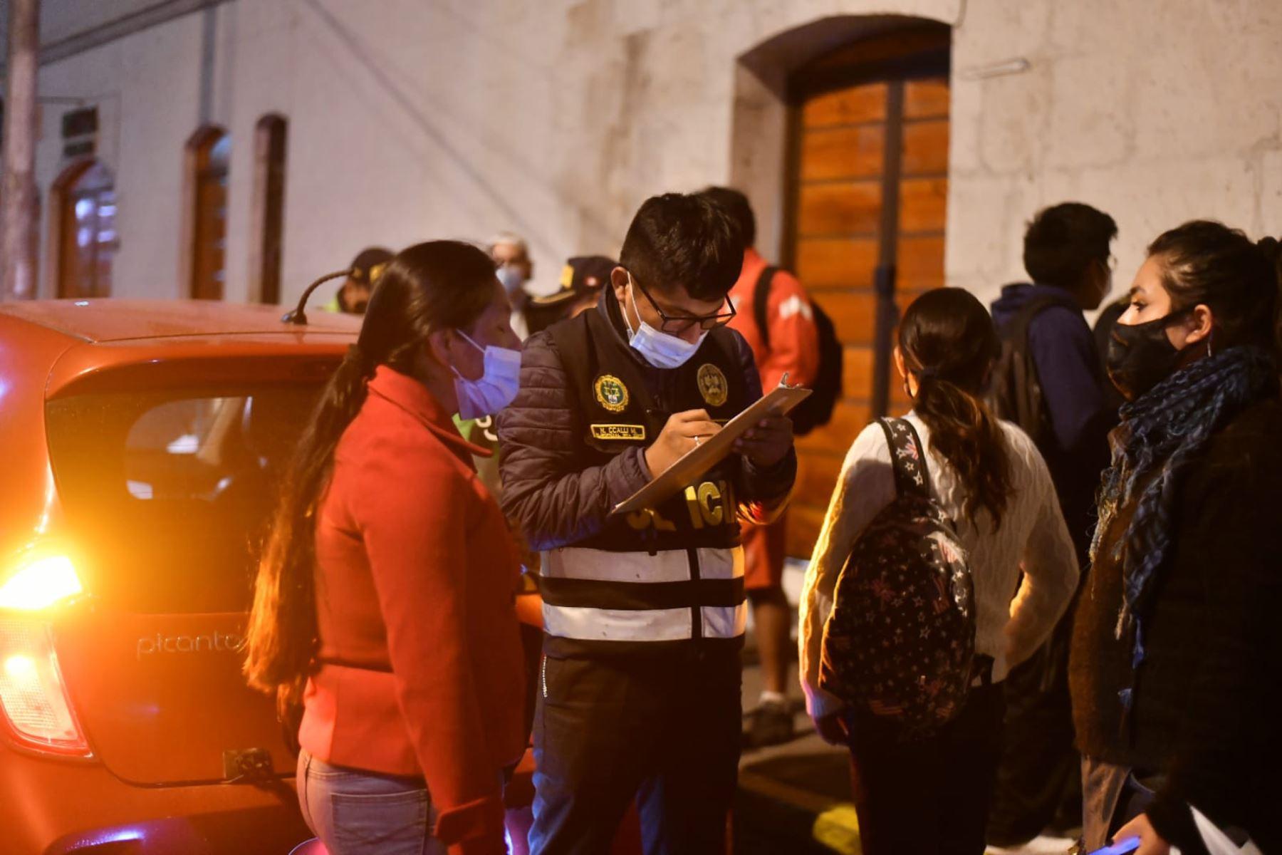 Policía Nacional resguarda  las calles en la ciudad de Arequipa debido al toque de queda que rige desde hoy viernes 15 de enero,  desde las 21:00 hasta las 04:00 horas en Lima Metropolitana y el Callao. Esta medida busca frenar  los nuevos contagios ante la  segunda ola del covid-19. Foto: Cortesía Diego Ramos