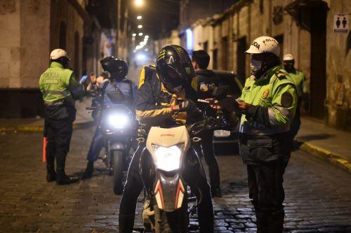 Policía Nacional resguarda las calles de Arequipa tras  el toque de queda que rige desde las 9:00 PM
