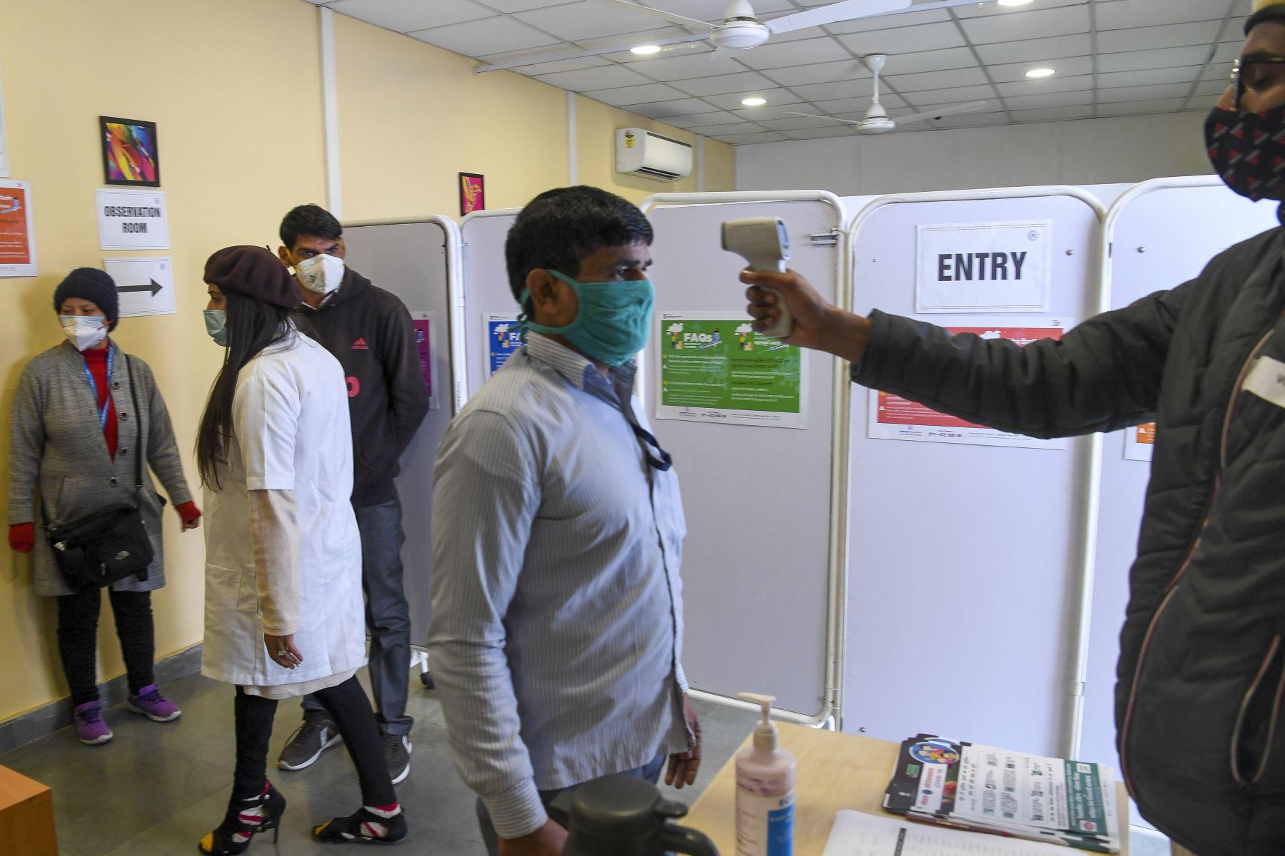 Un trabajador médico llega para ser inoculado con una vacuna contra el coronavirus Covid-19 en un hospital de Nueva Delhi. Foto: AFP