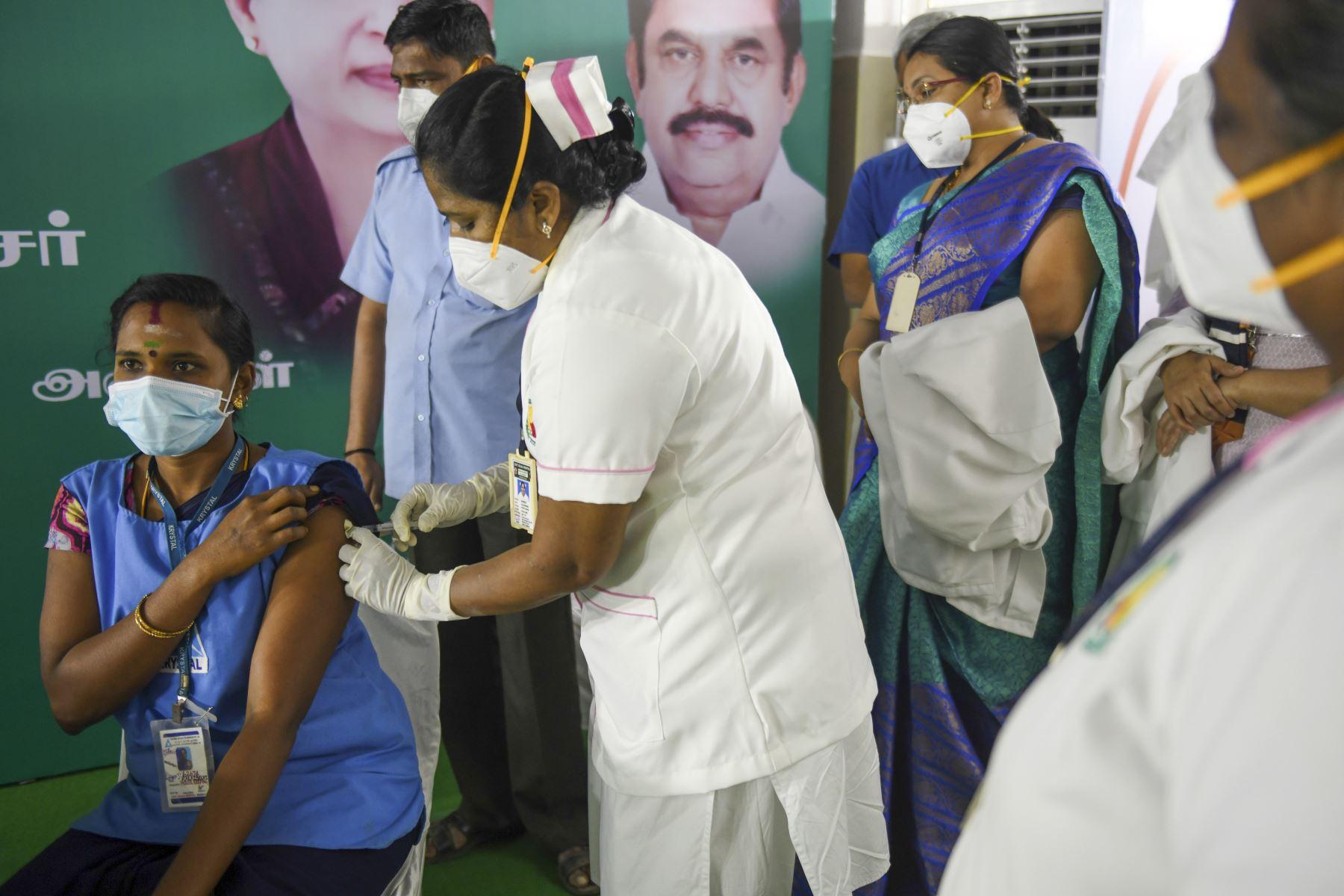 Un trabajador médico vacuna a un colega con una vacuna contra el coronavirus Covid-19 en el hospital gubernamental Rajaji en Madurai. Foto: AFP