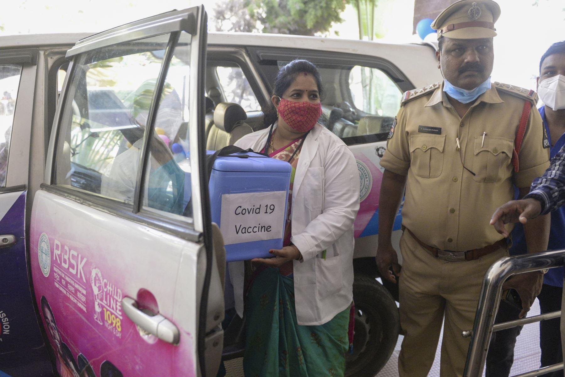 Un médico lleva una caja de congelador con la vacuna contra el coronavirus Covid-19 en el hospital King Koti en Hyderabad. Foto: AFP