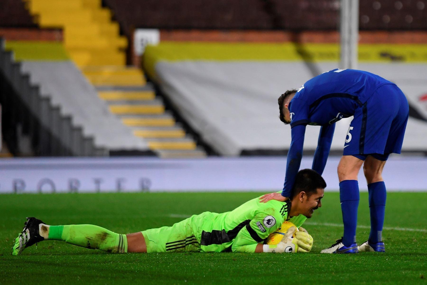 El portero del Fulham Alphonse Areola asegura el balón tras salvarlo frente a Chelsea