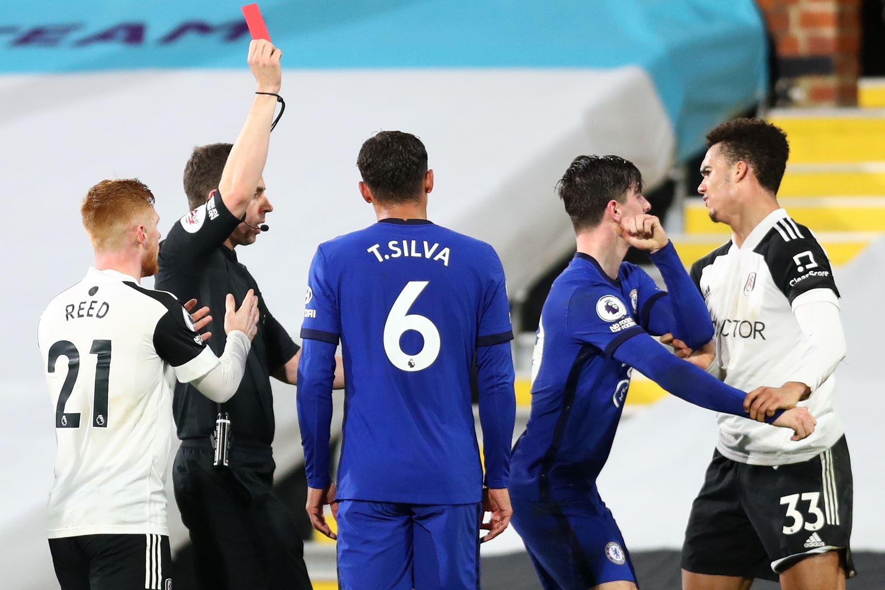 El árbitro Peter Bankes muestra una tarjeta roja al defensor estadounidense de origen inglés del Fulham Antonee Robinson por su entrada al defensor español del Chelsea, César Azpilicueta, durante el partido de fútbol de la Premier League inglesa entre Fulham y Chelsea.