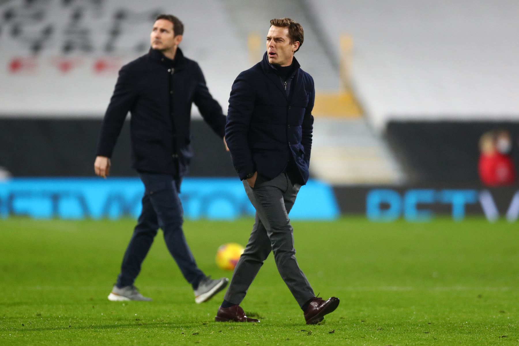 El entrenador inglés del Chelsea, Frank Lampard, y el entrenador inglés del Fulham, Scott Parker, abandonan el campo en el medio tiempo durante el partido de fútbol de la Premier League inglesa entre Fulham y Chelsea. Foto: AFP
