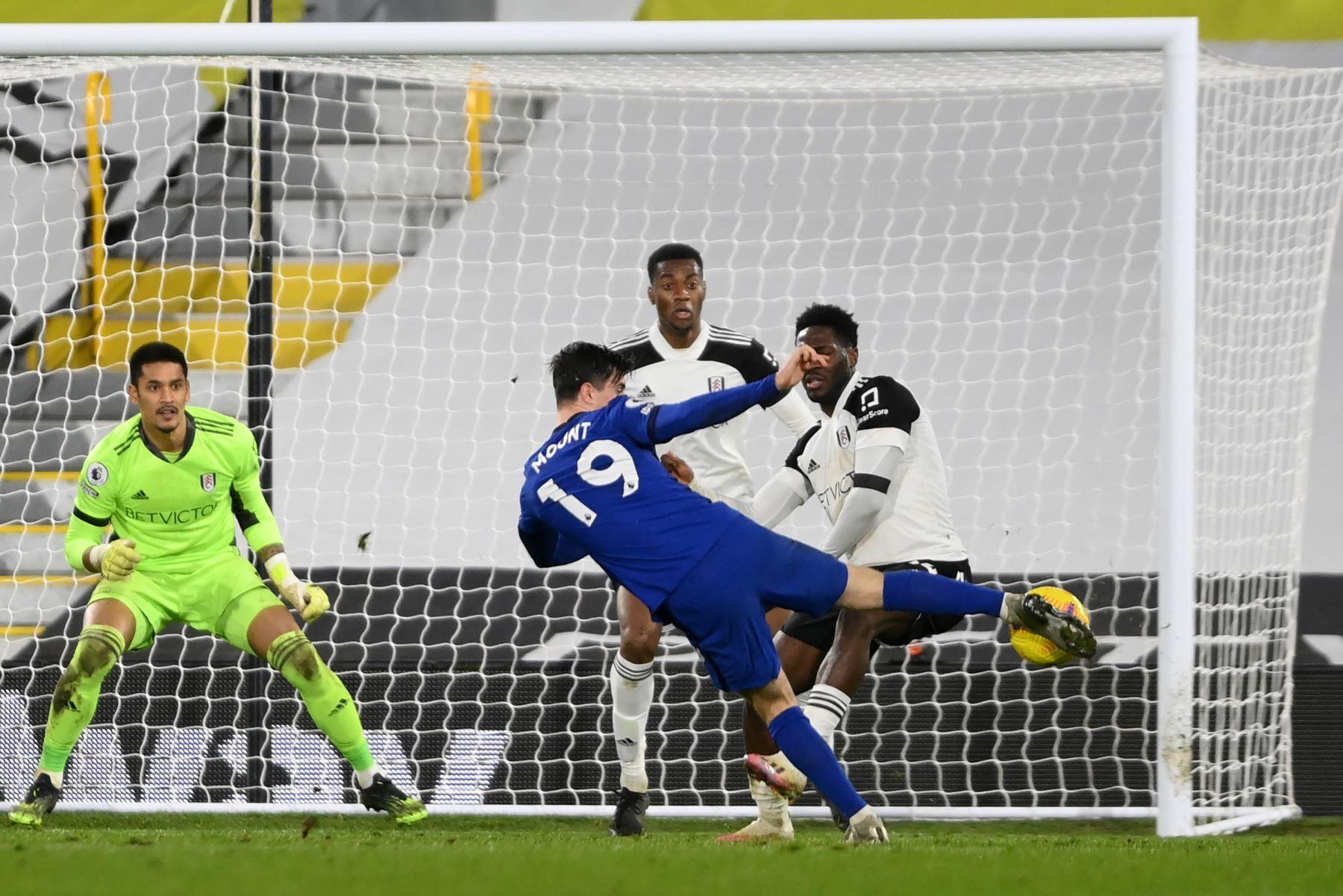 El centrocampista inglés de Chelsea, Mason Mount, dispara para marcar el gol de apertura durante el partido de fútbol de la Premier League inglesa entre Fulham y Chelsea en Craven Cottage en Londres. Foto: AFP