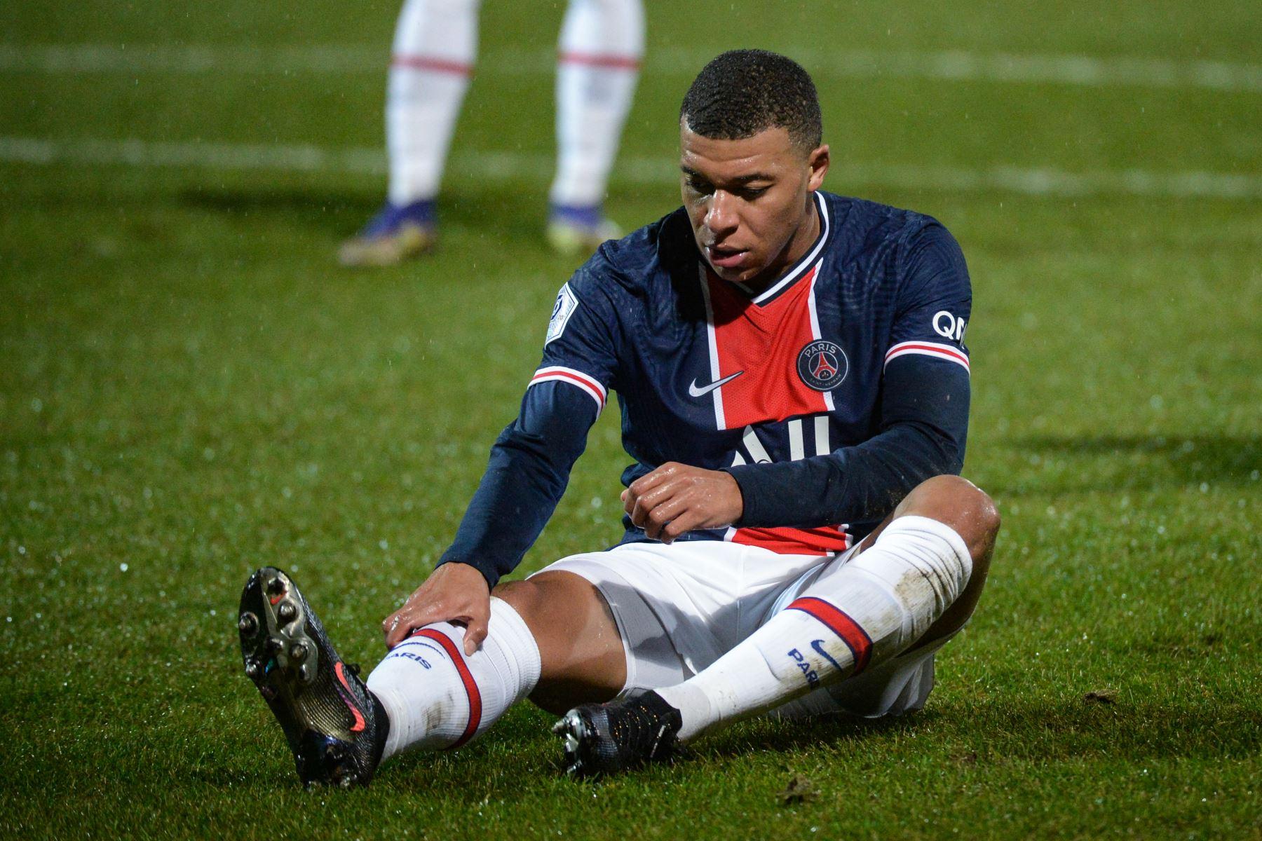 El delantero francés del PSG, Kylian Mbappé, reacciona durante el partido vs Angers del fútbol francés L1  en el Estadio Raymond Kopa en Angers, en el oeste de Francia. Foto: AFP