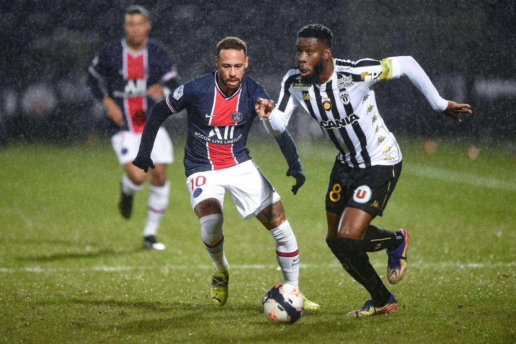 El delantero brasileño del PSG, Neymar compite por el balón con el defensor francés de Angers, Ismael Traore, durante el partido de fútbol francés L1 entre Angers y PSG en el Estadio Raymond Kopa en Angers, oeste de Francia. Foto: AFP