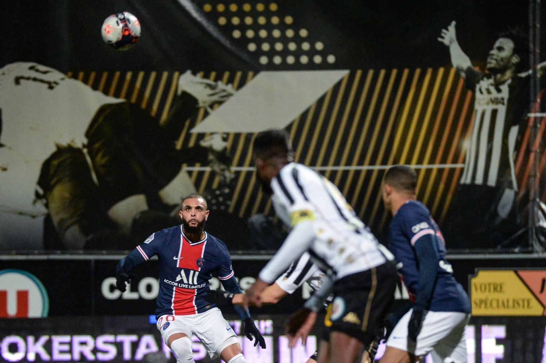 El defensor francés del PSG, Layvin Kurzawa, mira el balón antes de marcar un gol durante el partido de fútbol francés L1 entre Angers y PSG en el Estadio Raymond Kopa en Angers, oeste de Francia. Foto: AFP