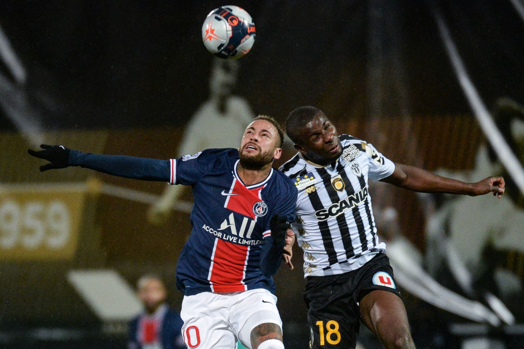 El delantero brasileño del PSG Neymar salta por el balón con el centrocampista francés de Angers, Ibrahim Amadou, durante el partido de fútbol francés L1 entre Angers y PSG en el Estadio Raymond Kopa en Angers, oeste de Francia. Foto: AFP