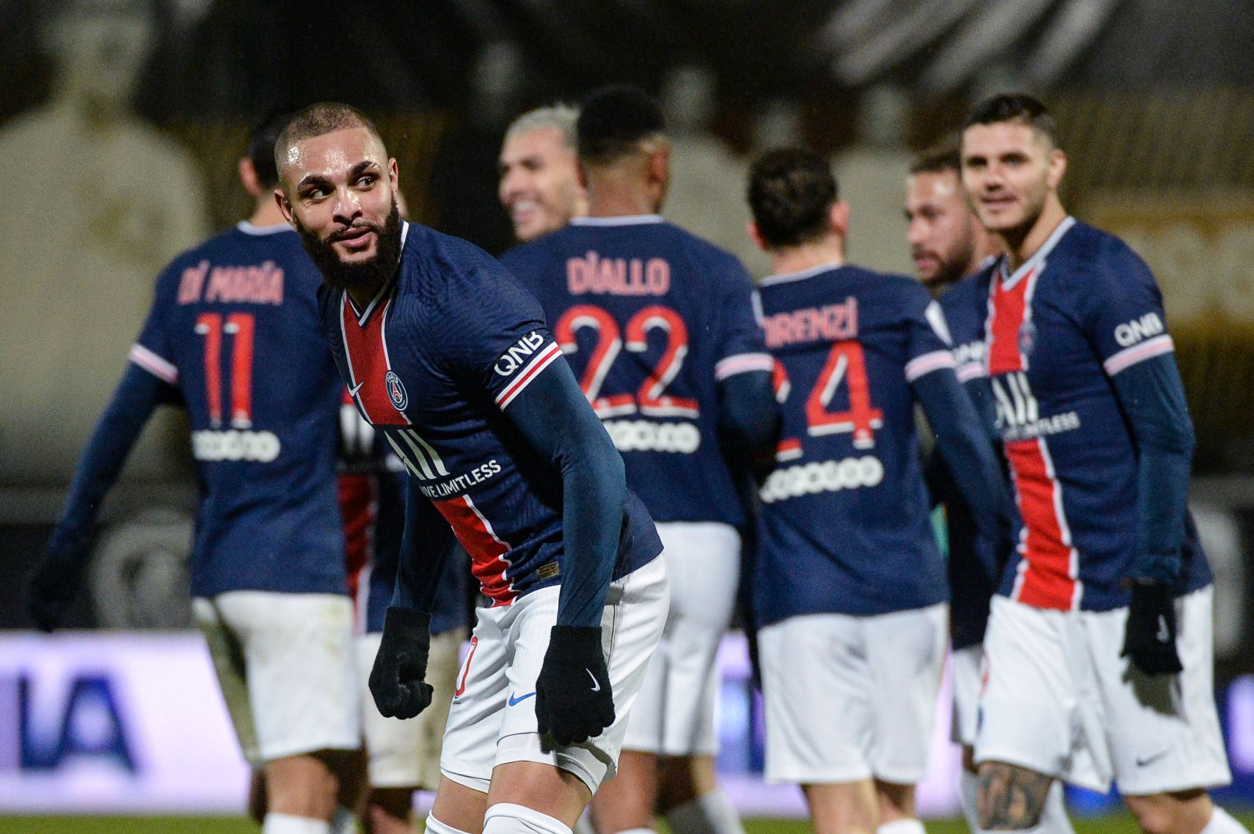 El defensor francés del PSG, Layvin Kurzawa, celebra tras marcar un gol durante el partido de fútbol francés L1 entre Angers y PSG en el Estadio Raymond Kopa en Angers, oeste de Francia. Foto: AFP