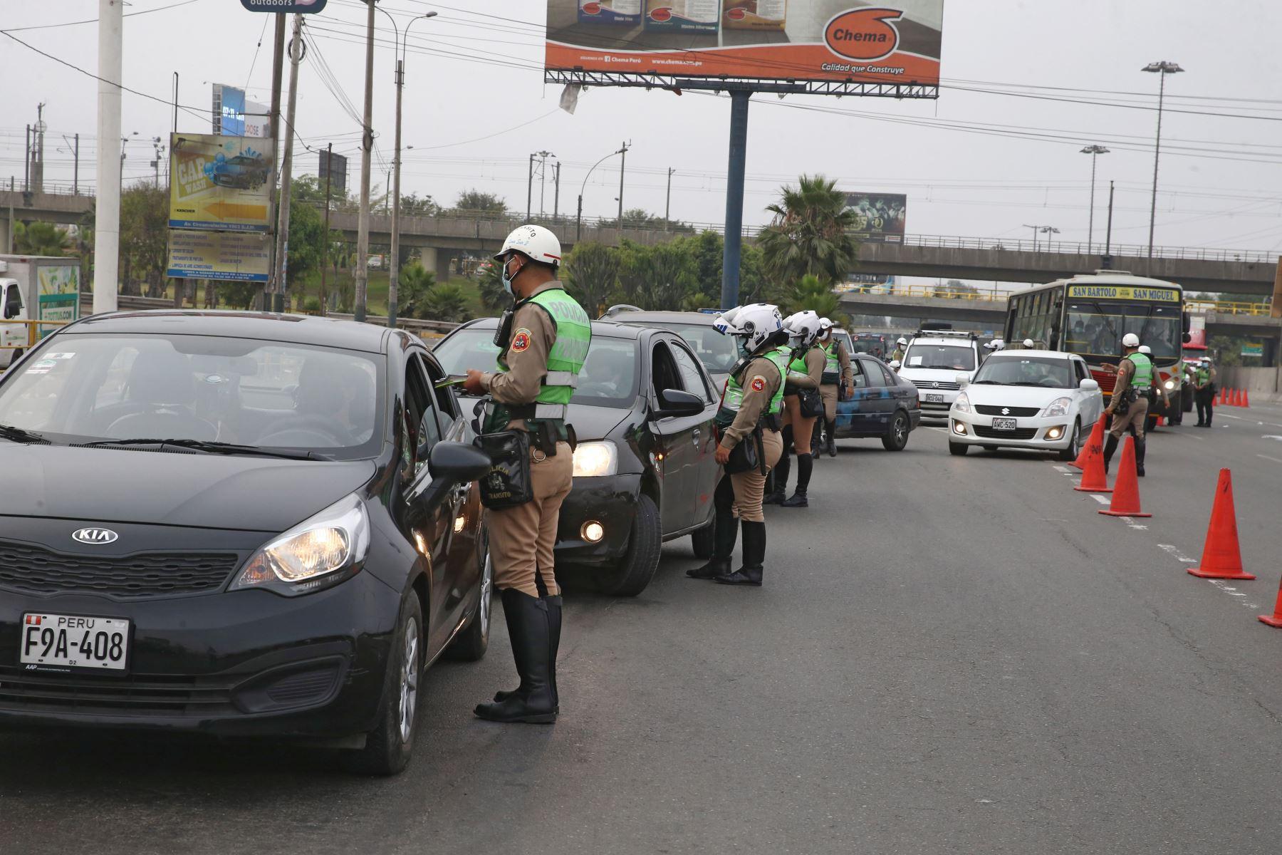 Policía Nacional realiza operativo en Puente Atocongo , en la Vía de Evitamiento debido a la  prohibición de circulación de vehículos particulares en Lima Metropolitana y el Callao, según disposición del Gobierno que buscan reducir los índices de contagios de la covid-19. Foto: ANDINA/Vidal Tarqui