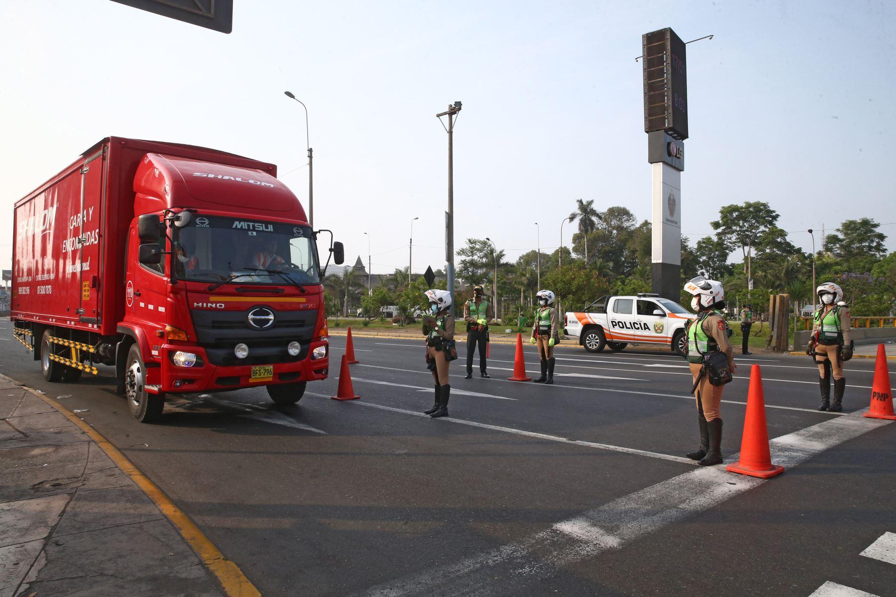 Policía Nacional realiza operativo en Plaza Grau debido a la  prohibición de circulación de vehículos particulares en Lima Metropolitana y el Callao, según disposición del Gobierno que buscan reducir los índices de contagios de la covid-19. Foto: ANDINA/Vidal Tarqui