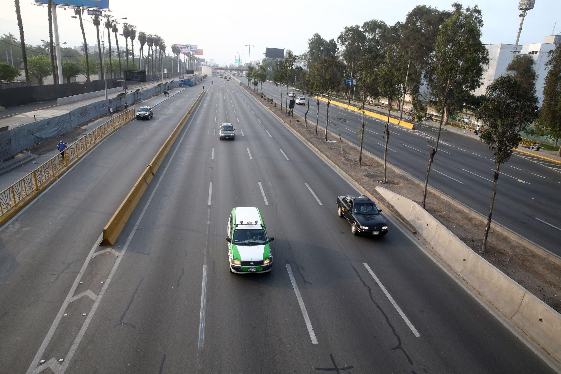 Policía Nacional realiza operativo en los alrededores de Plaza Norte, en Lima Norte, debido a la  prohibición de circulación de vehículos particulares en Lima Metropolitana y el Callao, según disposición del Gobierno que buscan reducir los índices de contagios de la covid-19. Foto: ANDINA/Vidal Tarqui