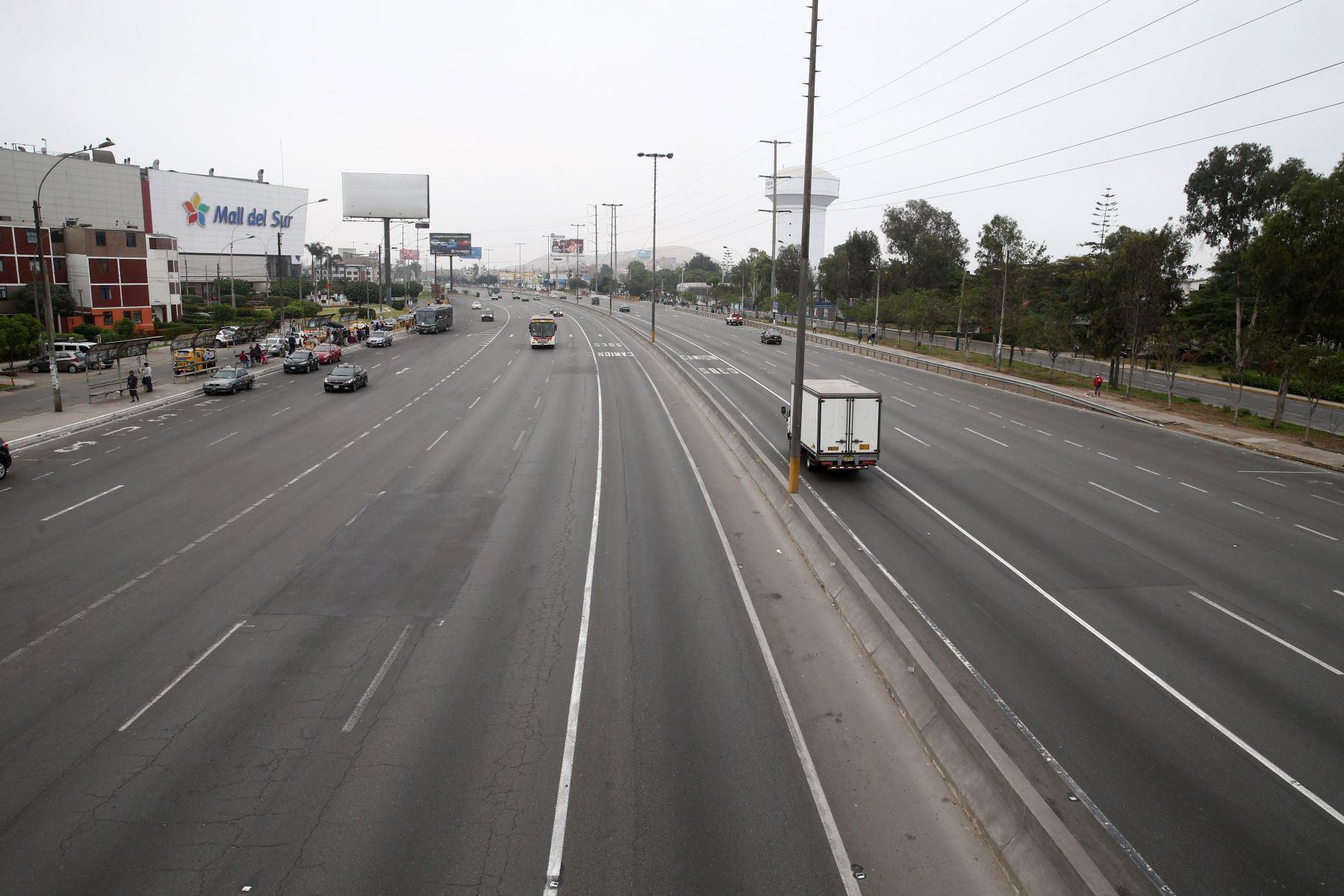 Hoy domingo no pueden circular vehículos particulares en Lima y Callao, pero los ciudadanos pueden desplazarse en el transporte público, siempre y cuando usen mascarilla y protector facial. También pueden circular a pie o en bicicletas u otros vehículos no motorizado. Imagen de Vía Evitamiento en Lima Sur. Foto: ANDINA/Vidal Tarqui