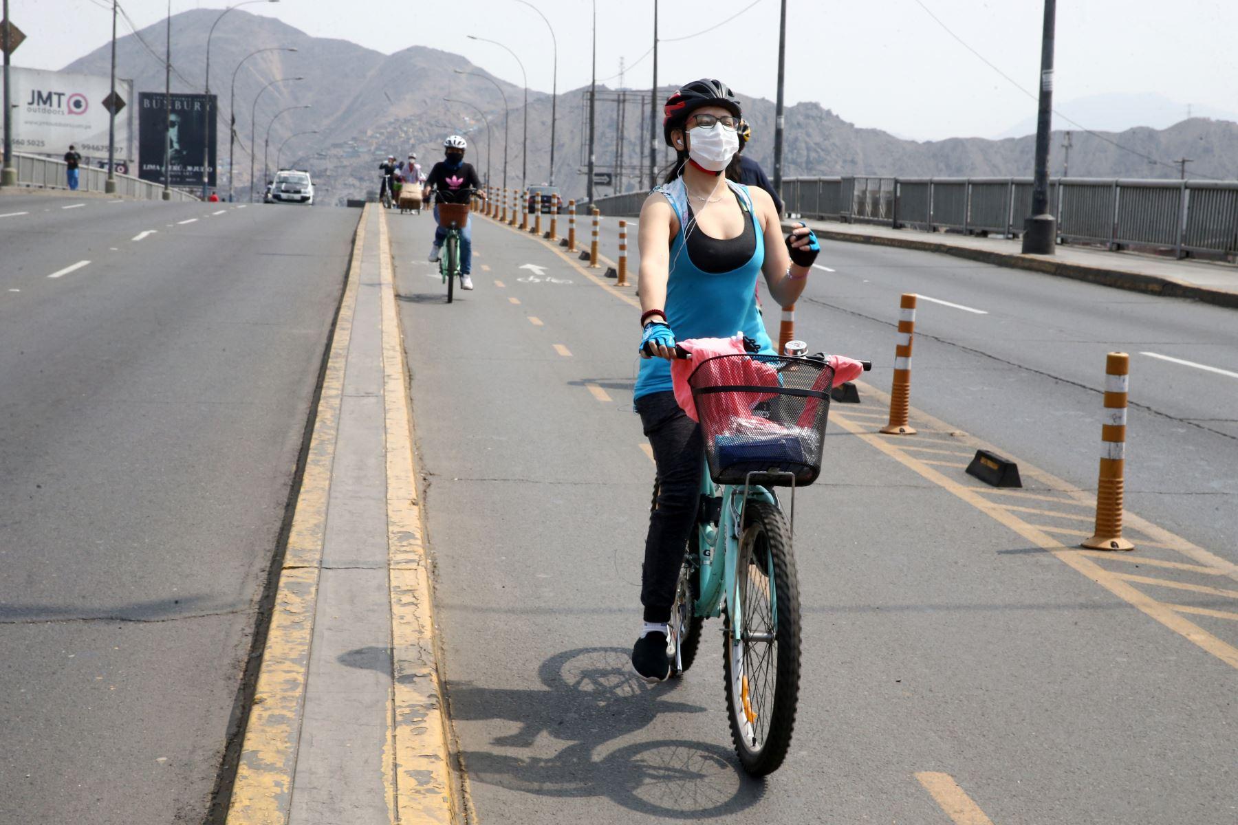 Hoy domingo no pueden circular vehículos particulares en Lima y Callao, pero los ciudadanos pueden desplazarse en el transporte público, siempre y cuando usen mascarilla y protector facial. También pueden circular a pie o en bicicletas u otros vehículos no motorizado. Imagen de los alrededores de Plaza Norte en Lima Norte. Foto: ANDINA/Vidal Tarqui