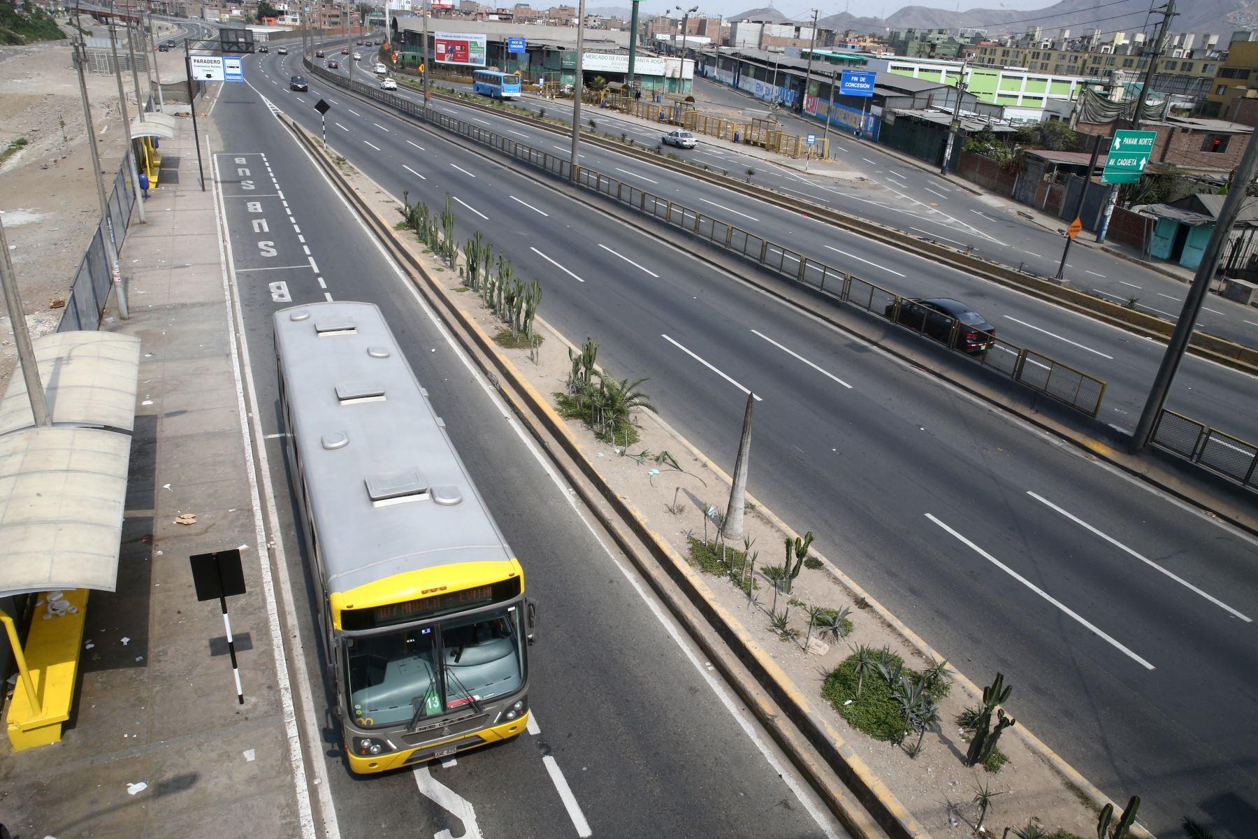 Hoy domingo no pueden circular vehículos particulares en Lima y Callao, pero los ciudadanos pueden desplazarse en el transporte público, siempre y cuando usen mascarilla y protector facial. También pueden circular a pie o en bicicletas u otros vehículos no motorizado. Foto: ANDINA/Vidal Tarqui