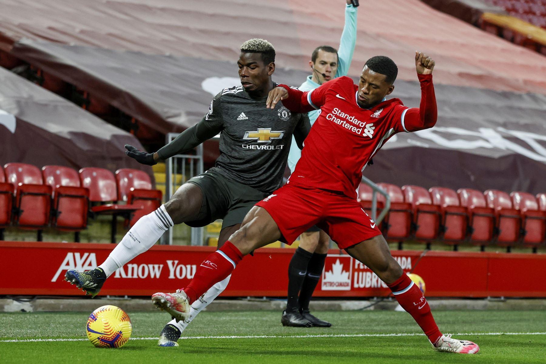 Paul Pogba del Manchester United en acción contra Georginio Wijnaldum (R) del Liverpool durante el partido de fútbol de la Premier League inglesa entre el Liverpool FC y el Manchester United. Foto: EFE