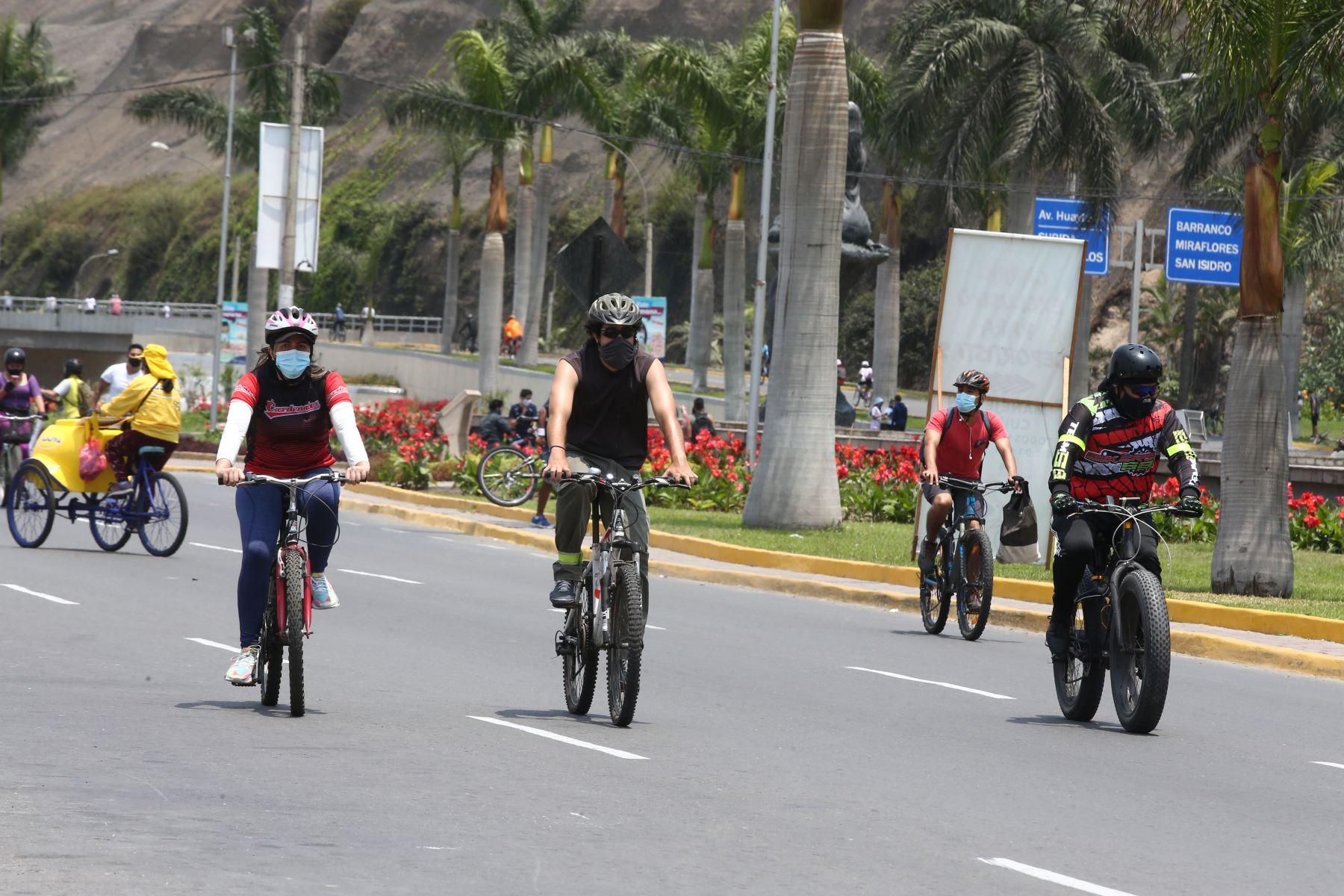 Ciudadanos circulan  a pie o en bicicletas u otros vehículos no motorizados por la Costa Verde. Hoy domingo no pueden circular vehículos particulares en Lima y Callao, pero los ciudadanos pueden desplazarse, siempre y cuando usen mascarilla y protector facial. Foto: ANDINA/Vidal Tarqui
