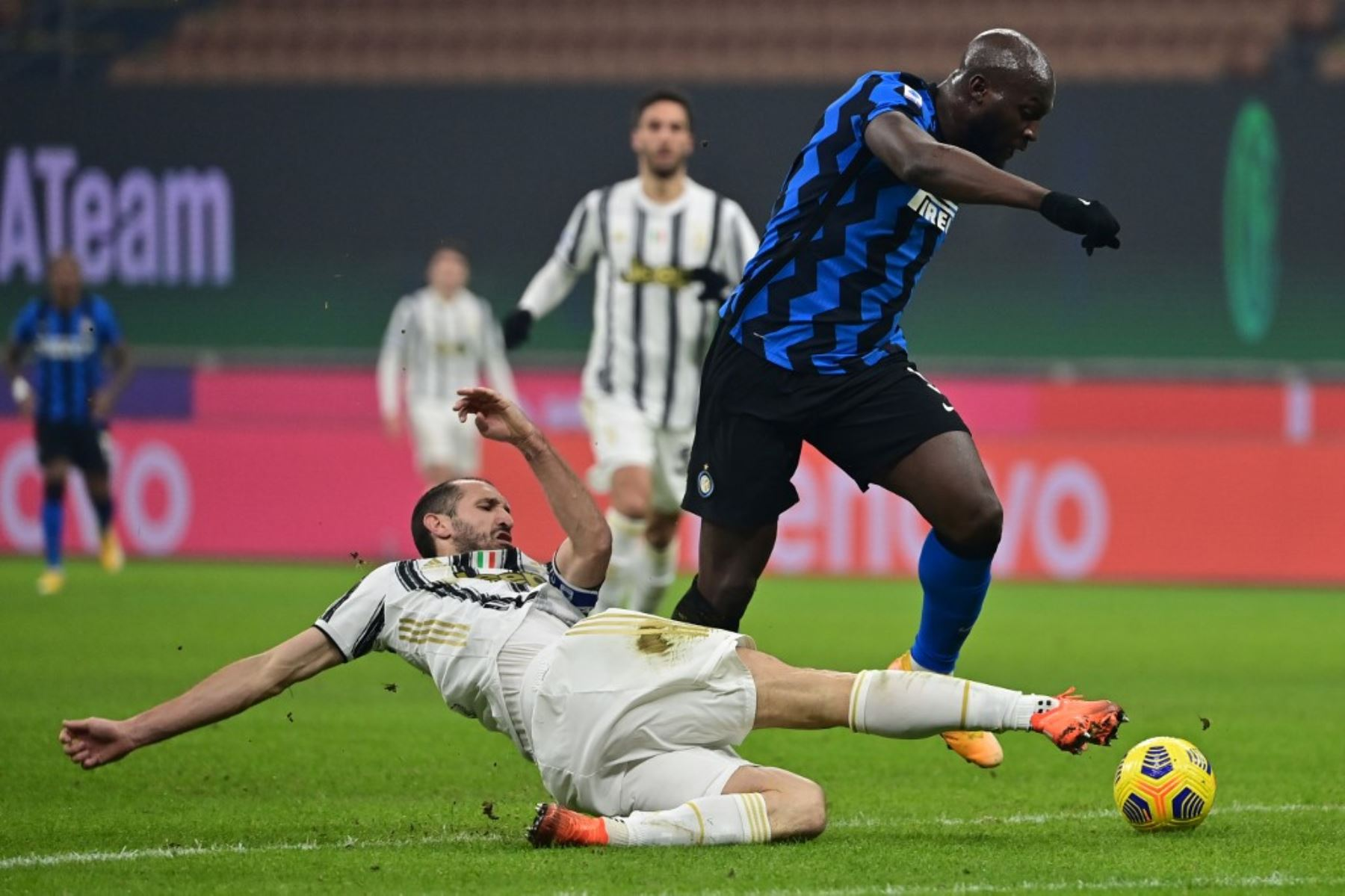 El defensor italiano de la Juventus Giorgio Chiellini (L) intenta abordar al delantero belga del Inter de Milán Romelu Lukaku durante el partido de fútbol de la Serie A italiana Inter vs Juventus. Foto: AFP