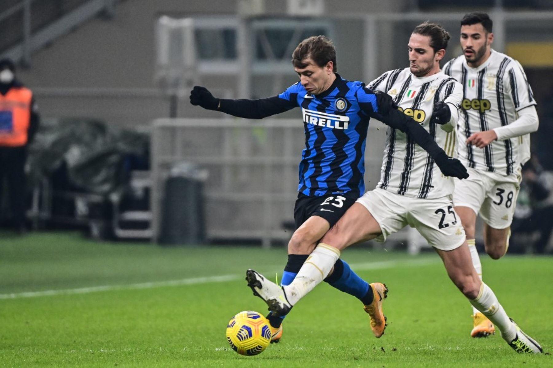 El centrocampista francés de la Juventus Adrien Rabiot (R) aborda al mediocampista italiano del Inter de Milán Nicolo Barella durante el partido de fútbol de la Serie A italiana Inter vs Juventus el 17 de enero de 2021 en el estadio San Siro de Milán. Foto: AFP