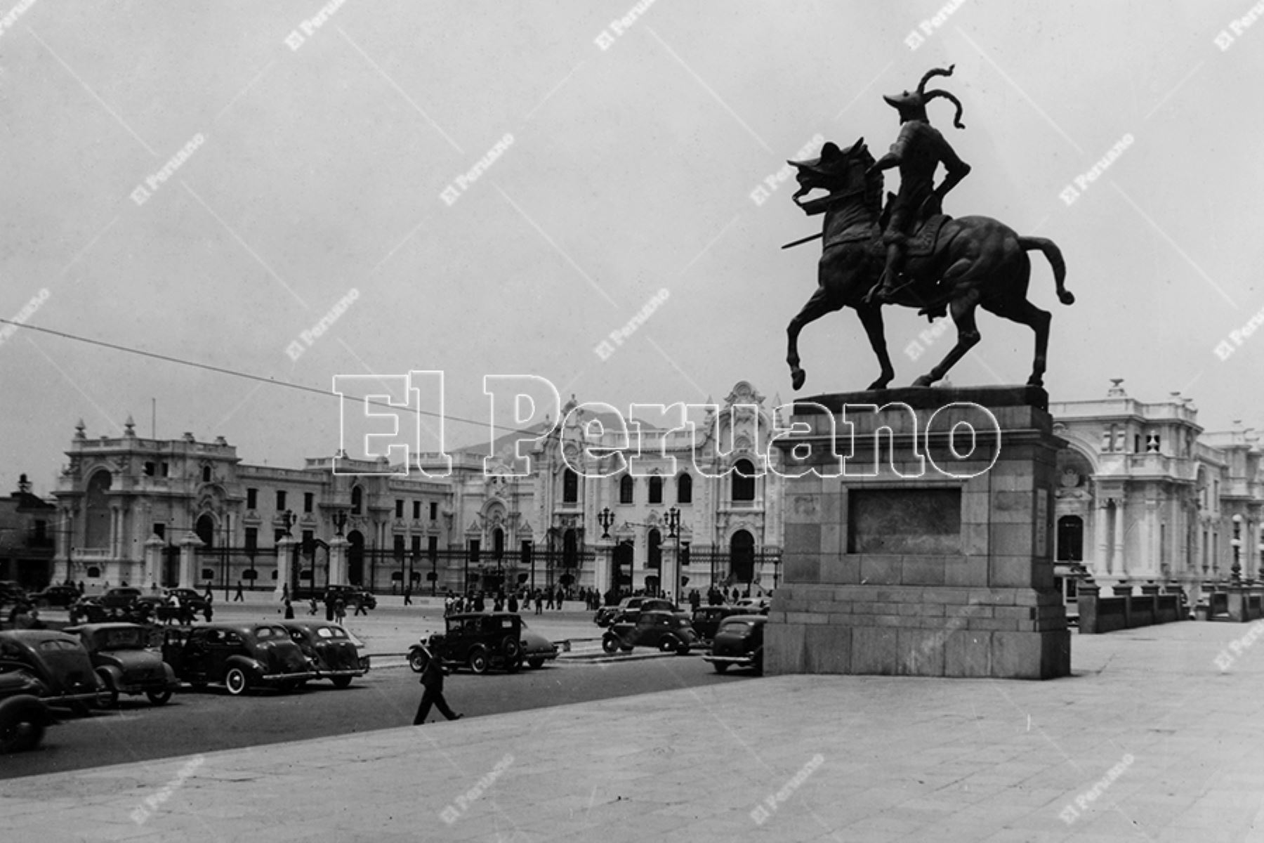 Monumento a Francisco Pizarro en el atrio de la Catedral de Lima (1945). Foto: Archivo Histórico de El Peruano