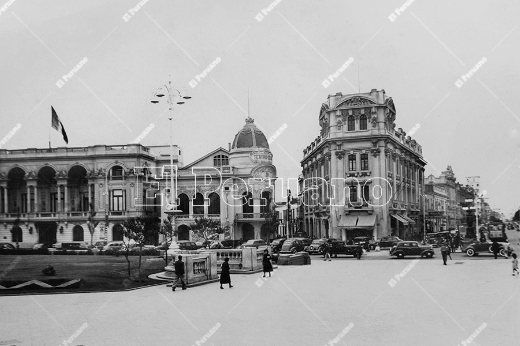 Vista del Club Nacional, el Teatro Colón y el edificio Giacoletti en la Plaza San Martín (1945)