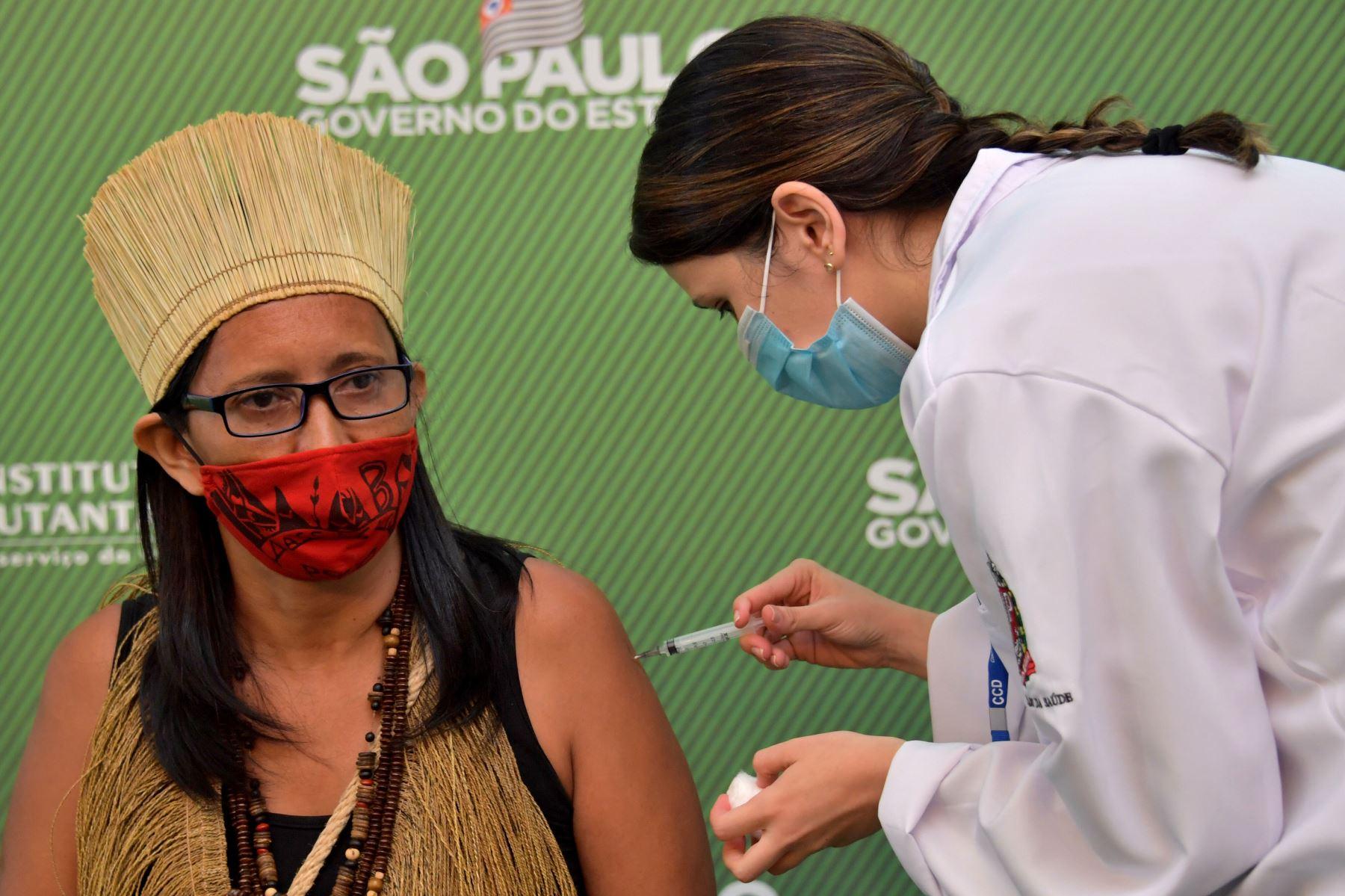 El indígena Kaimbe Vanusa Costa Santos es inoculado con la vacuna Coronavac Sinovac Biotech, contra el covid-19; en el hospital de Clínicas en Sao Paul Brasil.Foto: AFP