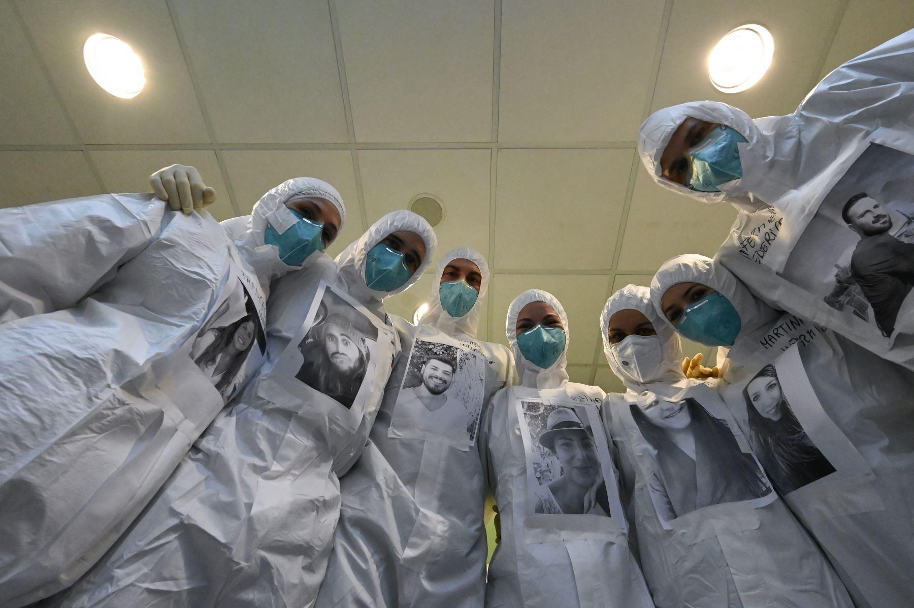 Los médicos y enfermeras de la UCI del hospital Santo Stefano usan equipos de protección con su rostro real, para ser reconocidos por los pacientes y tranquilizarlos. Foto: AFP