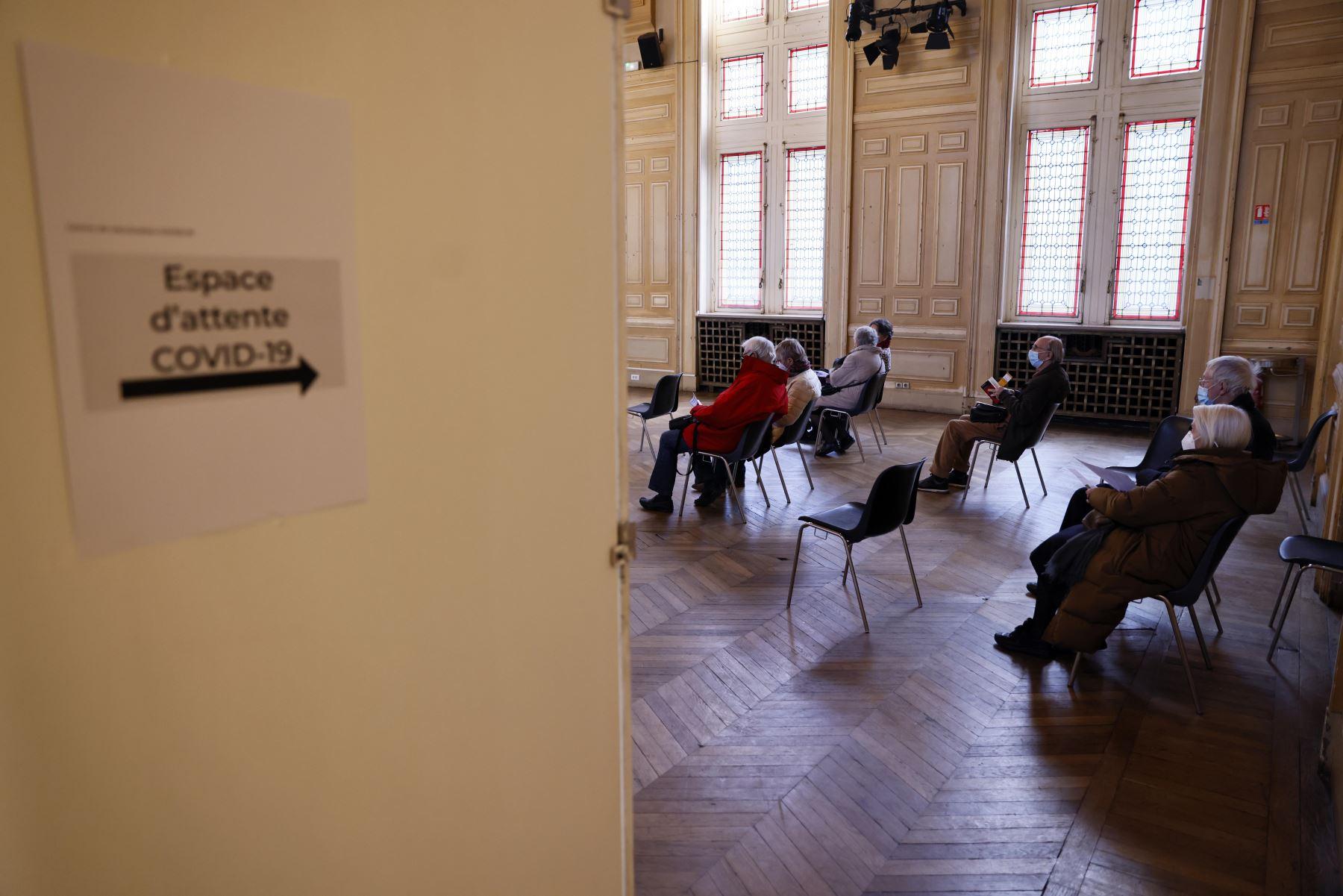 Los ancianos esperan recibir una inyección de la vacuna covid-19 en el ayuntamiento del distrito 13 de París, en medio de la crisis vinculada a la pandemia covid-19.   Foto: AFP