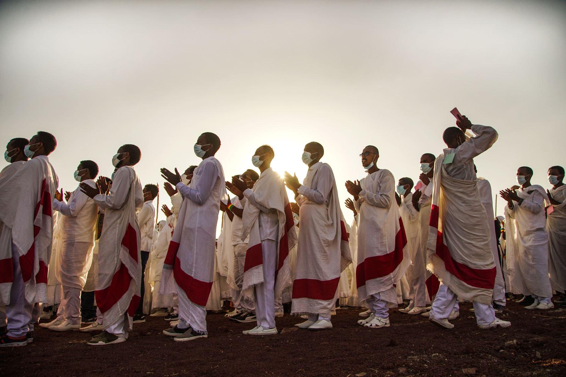 Miembros de la iglesia ortodoxa etíope cantan mientras usan una máscara para protegerse contra el covid-19, durante la celebración de la Epifanía etíope en Addis Abeba, Etiopía que celebran el bautismo de Jesús en el Río Jordan.  Foto: AFP
