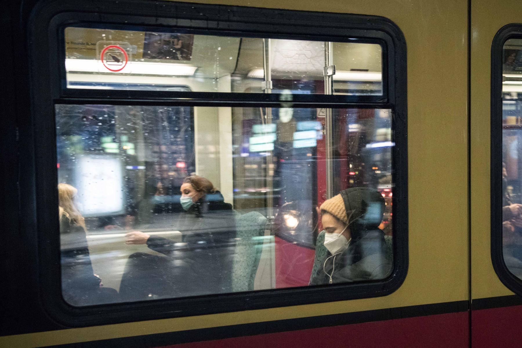 Los pasajeros con máscaras protectoras se sientan en un tren de cercanías S-Bahn en Berlín, en medio de la nueva pandemia del coronavirus.  Foto: AFP