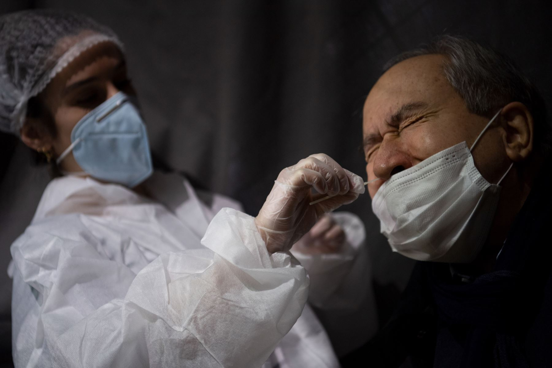 Un trabajador de la salud recolecta una muestra de hisopo para una prueba de PCR de covid-1,9 de un hombre en una instalación de prueba de detección de covid-19 en Nantes, en el oeste de Francia. Foto: AFP
