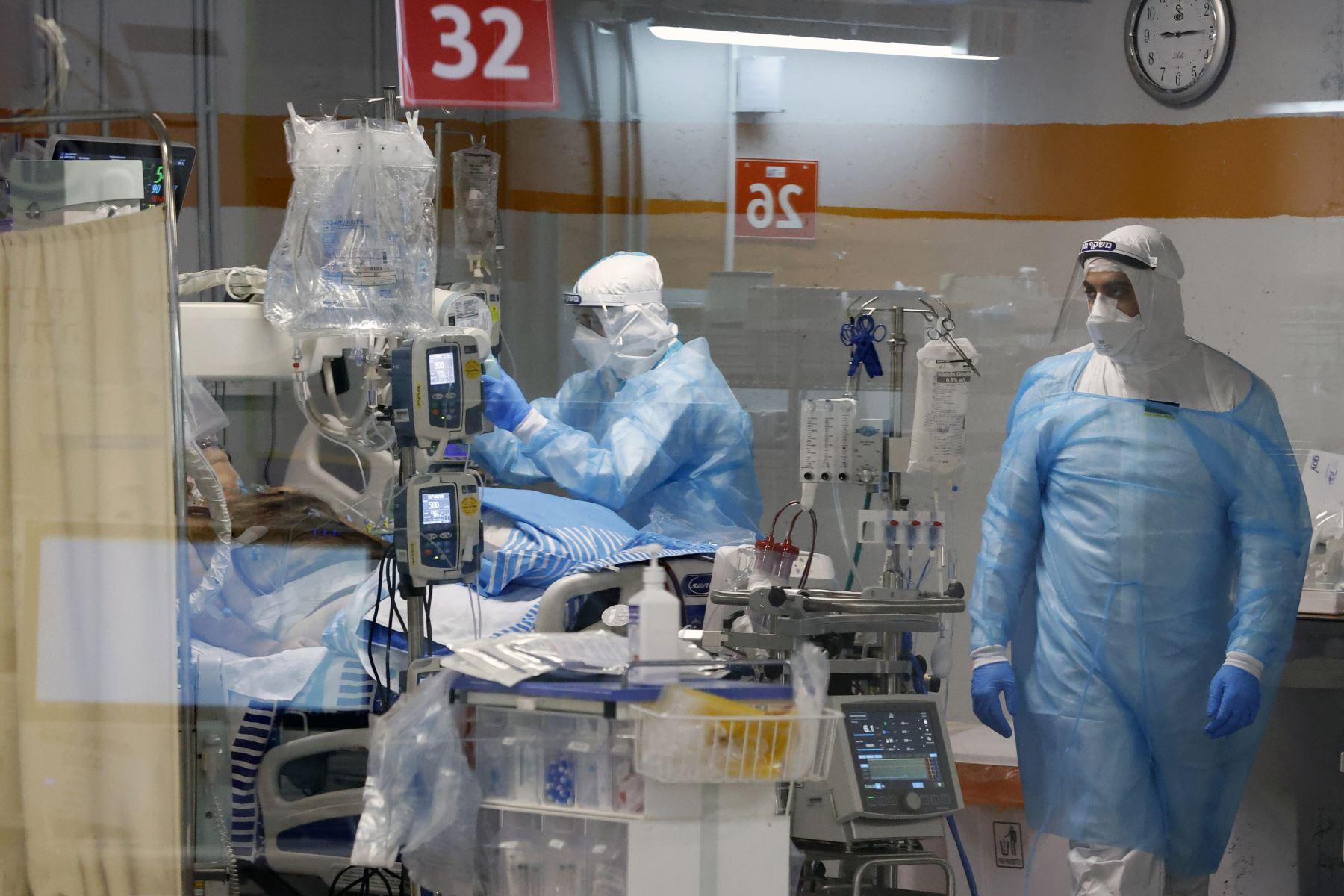 Los médicos atienden a un paciente con covid-19 en la sala de aislamiento del Centro Médico Sheba, en Ramat Gan cerca de la ciudad costera israelí de Tel Aviv.  Foto:  AFP