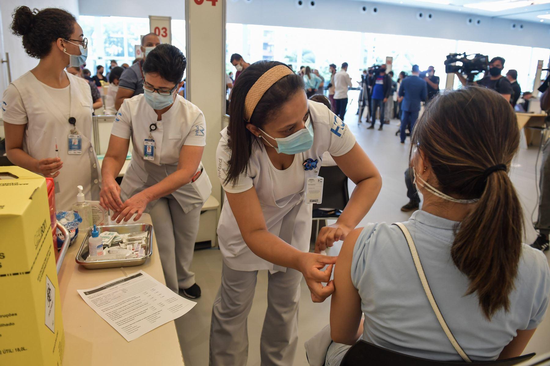Un trabajador de la salud es inoculado con la vacuna Coronavac contra el nuevo coronavirus, en el Hospital Clínicas de Sao Paulo Brasil. El regulador de salud de Brasil dio luz verde a la vacuna Oxford-Astrazeneca y Coronavac de China.  Foto: AFP