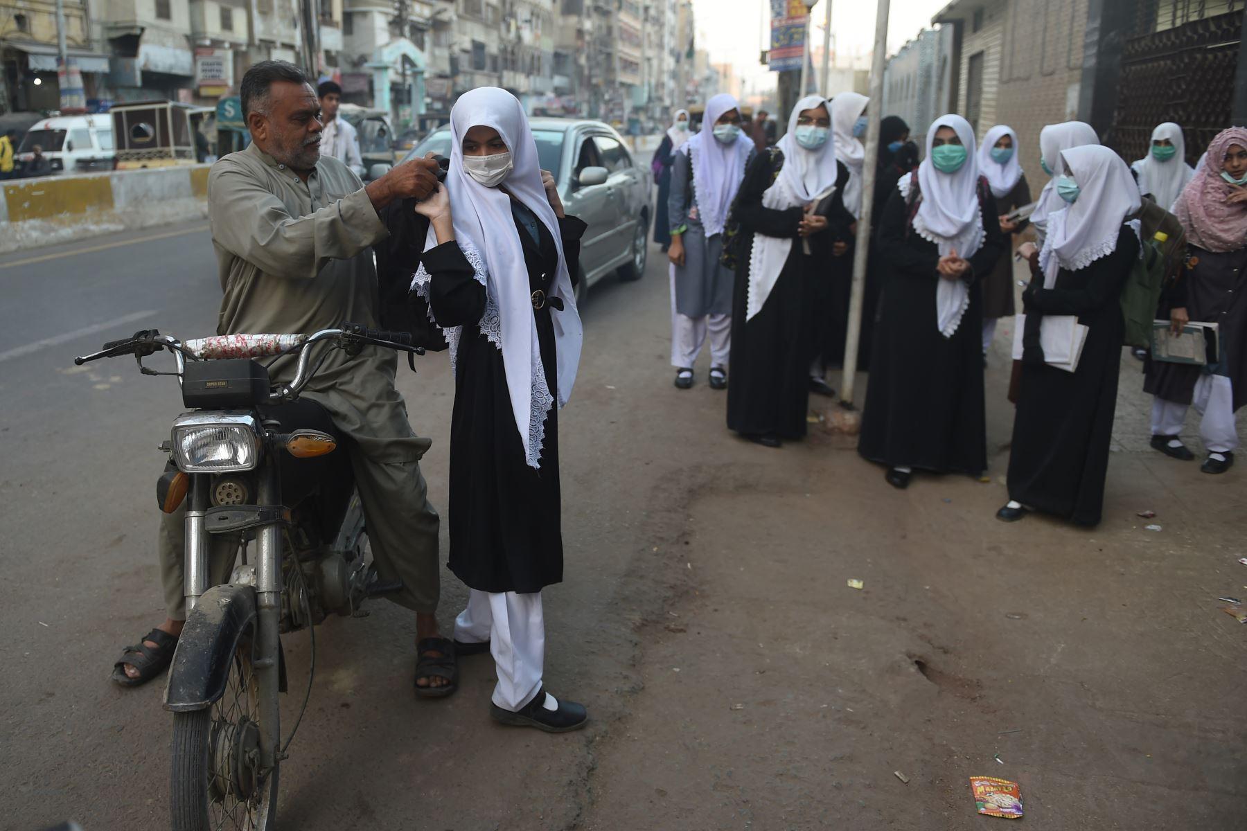 Los estudiantes con mascarillas llegan a la escuela en Karachi, cuando el gobierno reabrió los institutos educativos, después de permanecer cerrados como medida preventiva contra el coronavirUs.  Foto: AFP