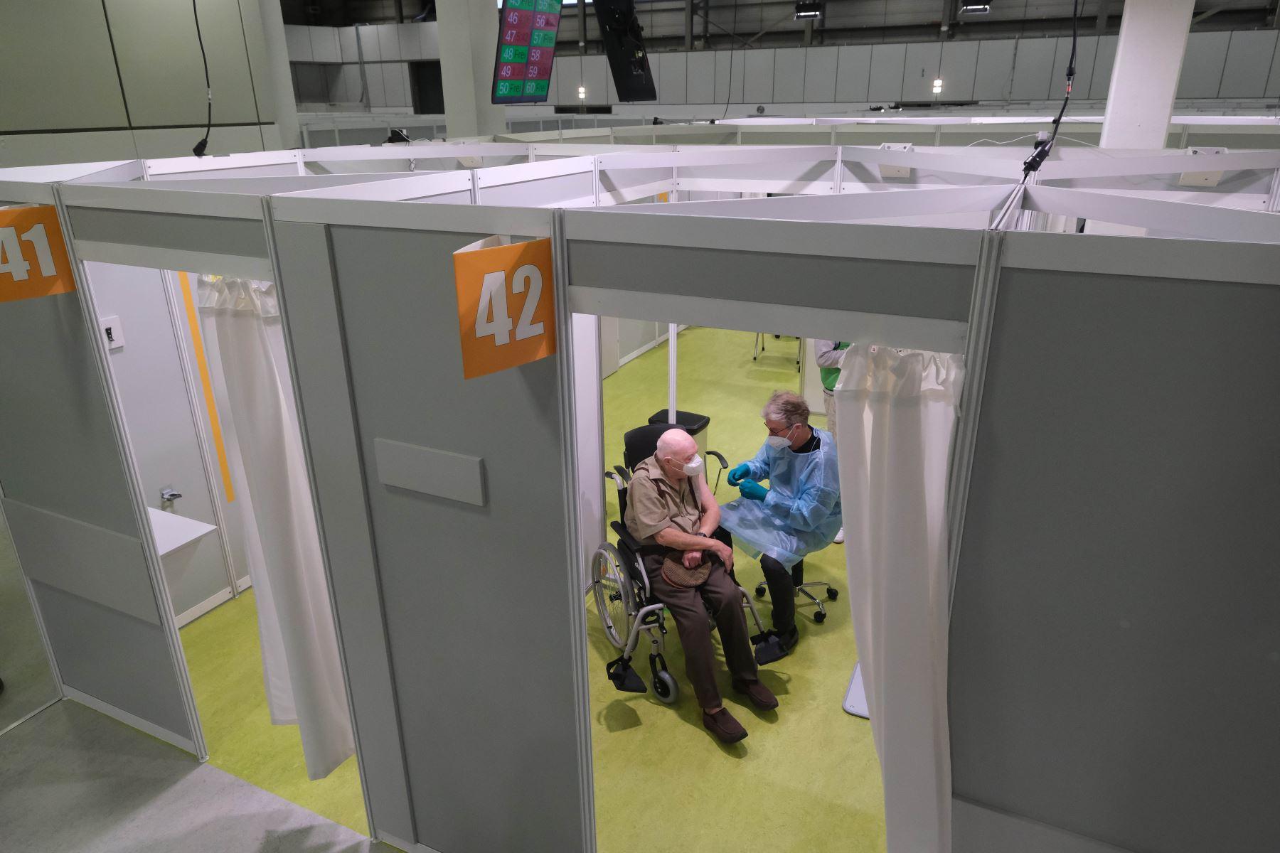 Cabinas para la inoculación contra covid-19 en el recinto ferial Messe Berlin, en el día de apertura del centro durante la segunda ola de la pandemia de coronavirus en Alemania. Foto: AFP