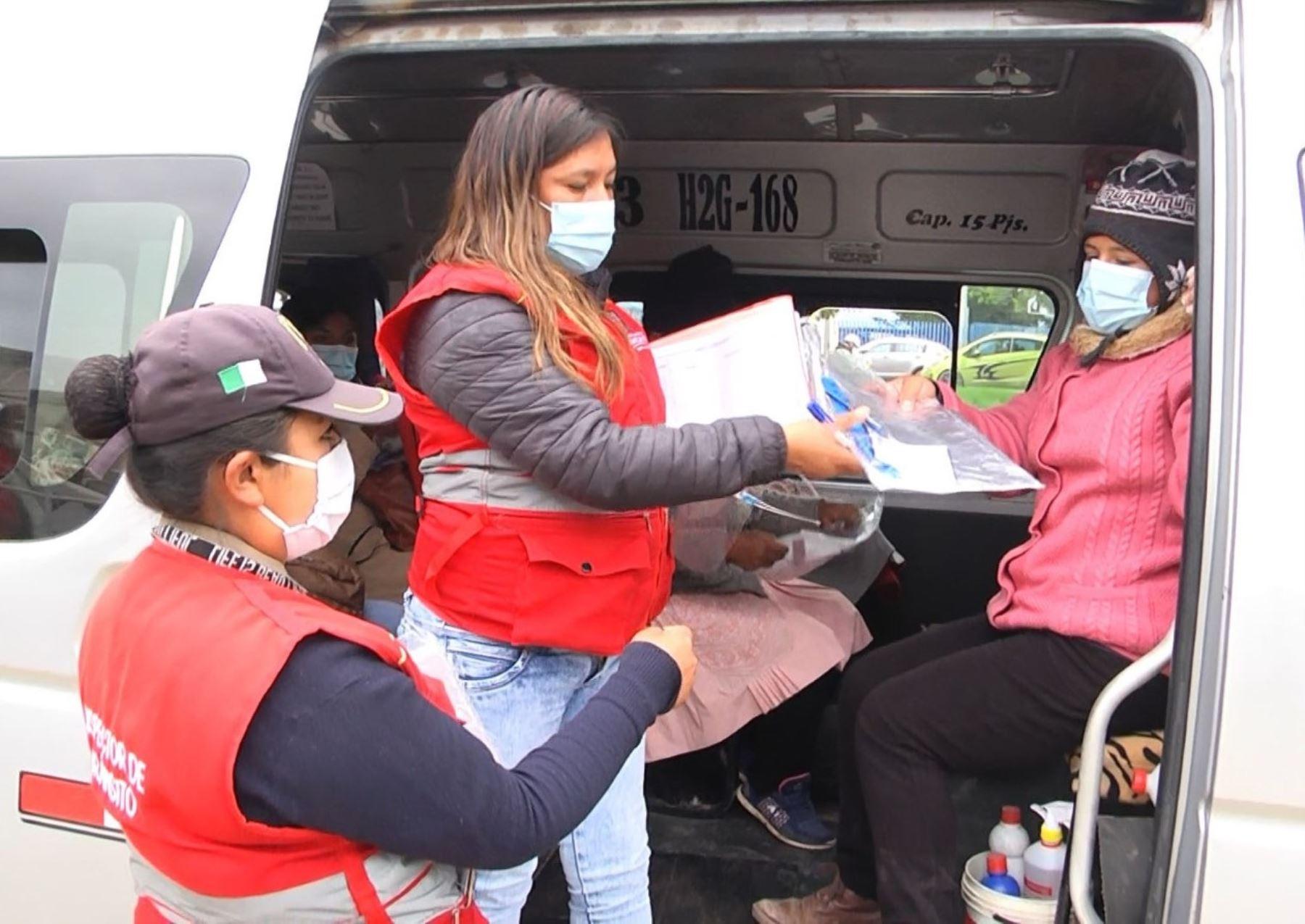 Municipalidad de Huancayo entregó de forma gratuita 250 protectores faciales a los pasajeros de unidades de transporte urbano para evitar contagios del covid-19 en la ciudad. Foto: ANDINA/difusión.