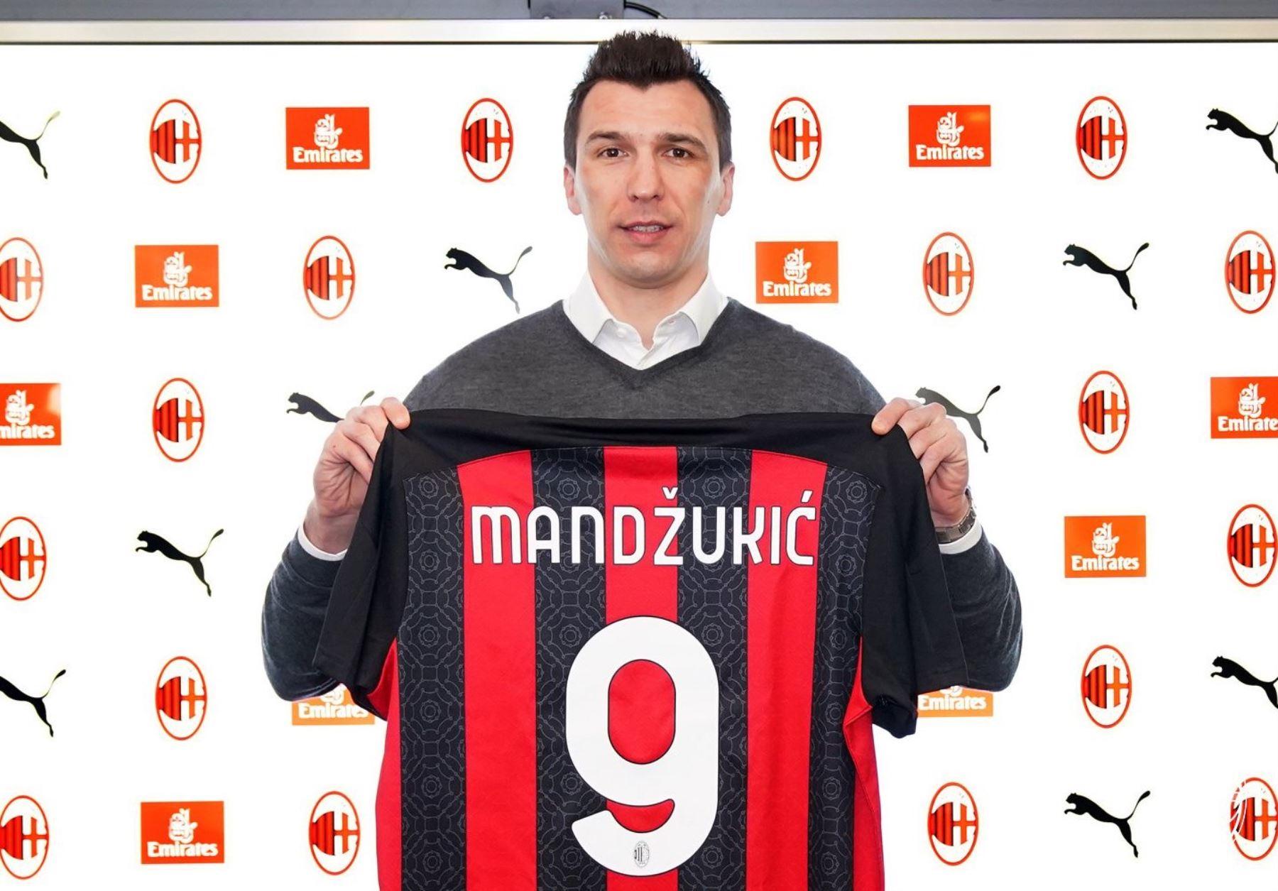 Mario Mandzukic con la camiseta del Milan