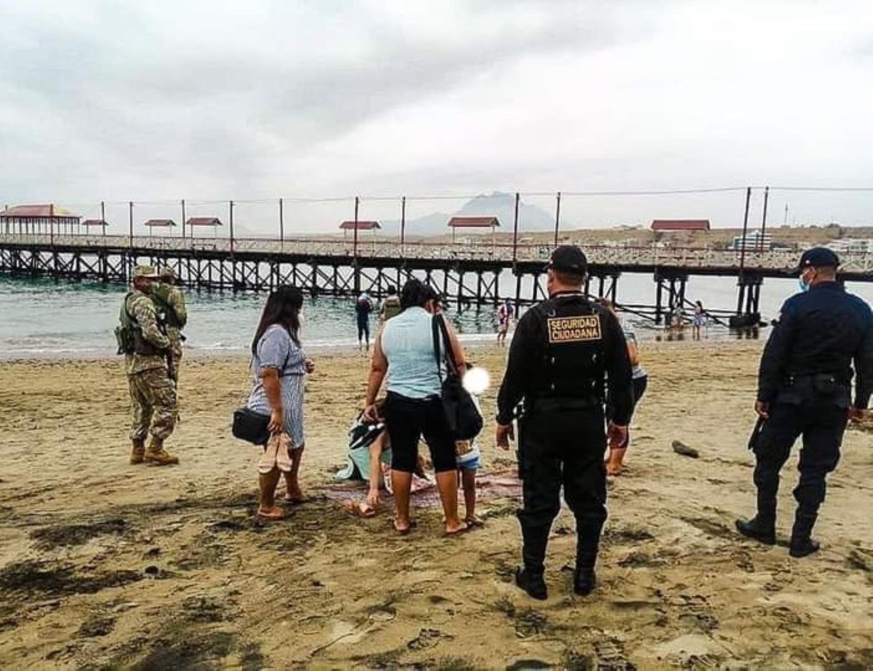 El Ministerio de Salud estableció una norma que regula el uso de las playas y precisa que es obligatorio el uso de mascarilla en todo momento, salvo en la zona de baño. ANDINA/Difusión