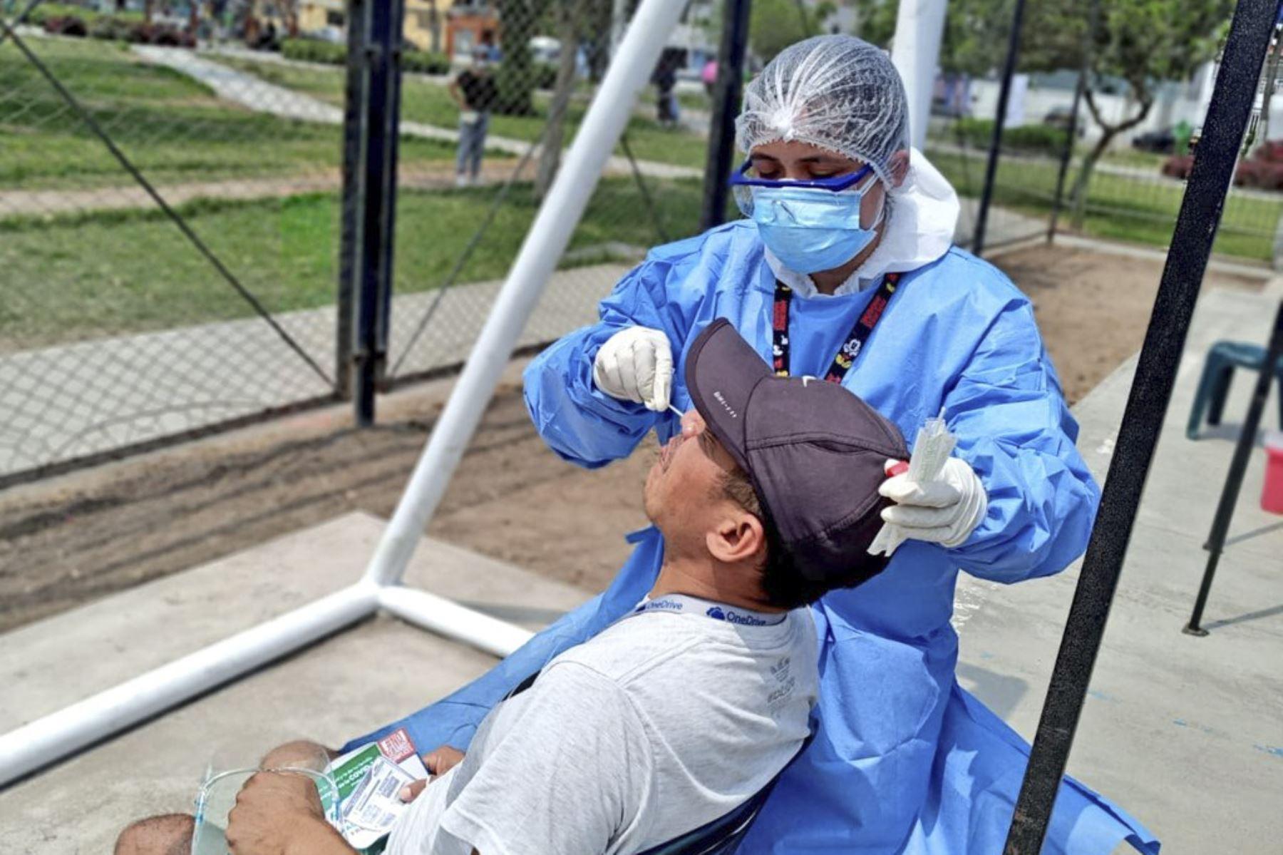 Personal de salud aplica una prueba de hisopado para descartar un caso de covid-19. ANDINA