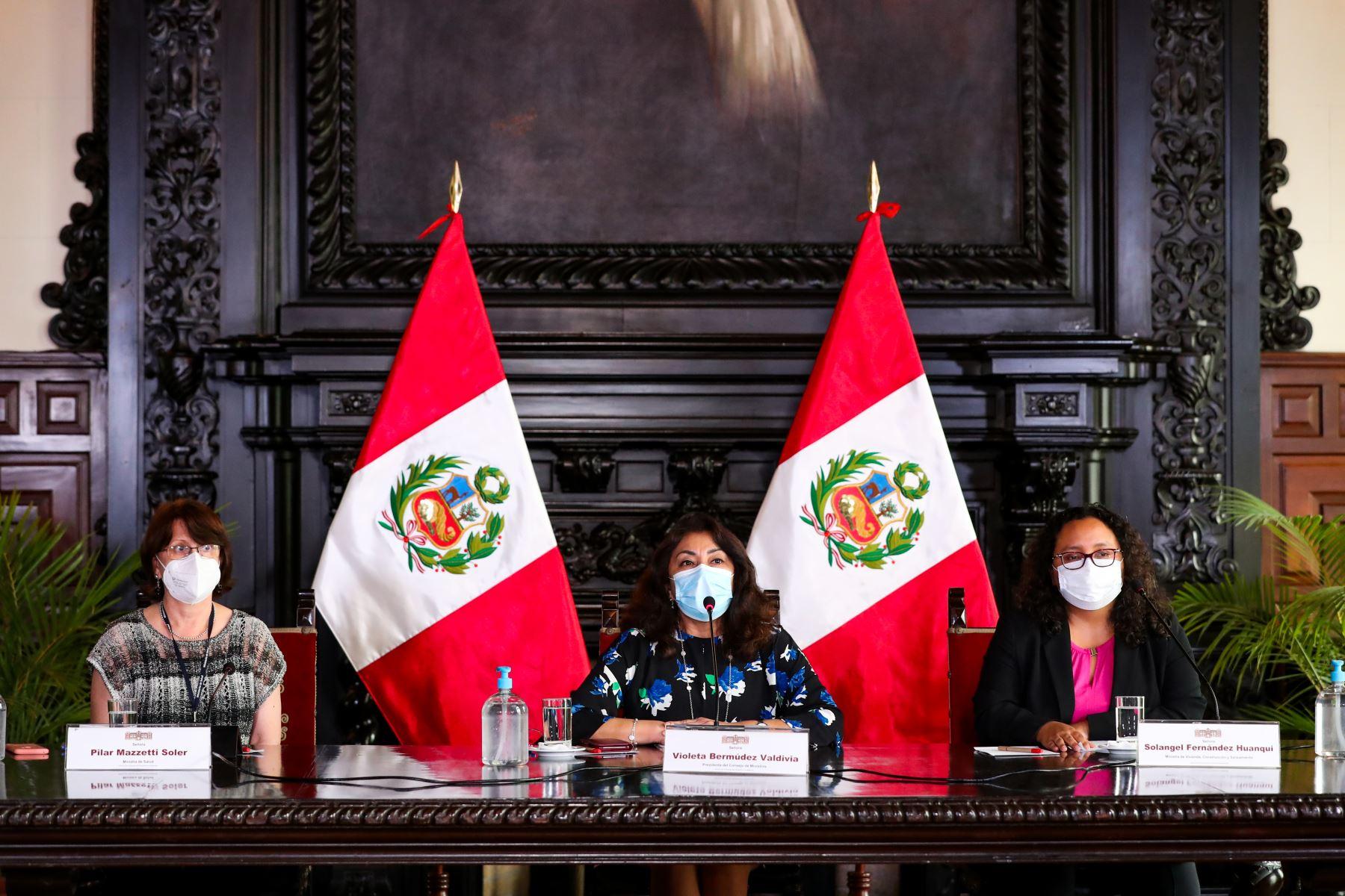 La presidenta del Consejo de Ministros, Violeta Bermúdez, expone los acuerdos adoptados en la sesión de Consejo de Ministros, orientados a la mejora de los servicios públicos y atención de la emergencia sanitaria. Foto: PCM