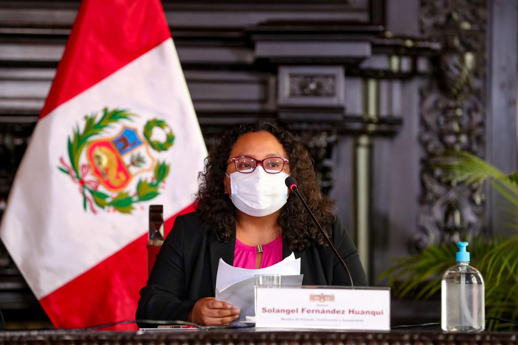 La ministra de Vivienda, Solangel Fernández, expone los acuerdos adoptados en la sesión de Consejo de Ministros, orientados a la mejora de los servicios públicos y atención de la emergencia sanitaria. Foto: PCM