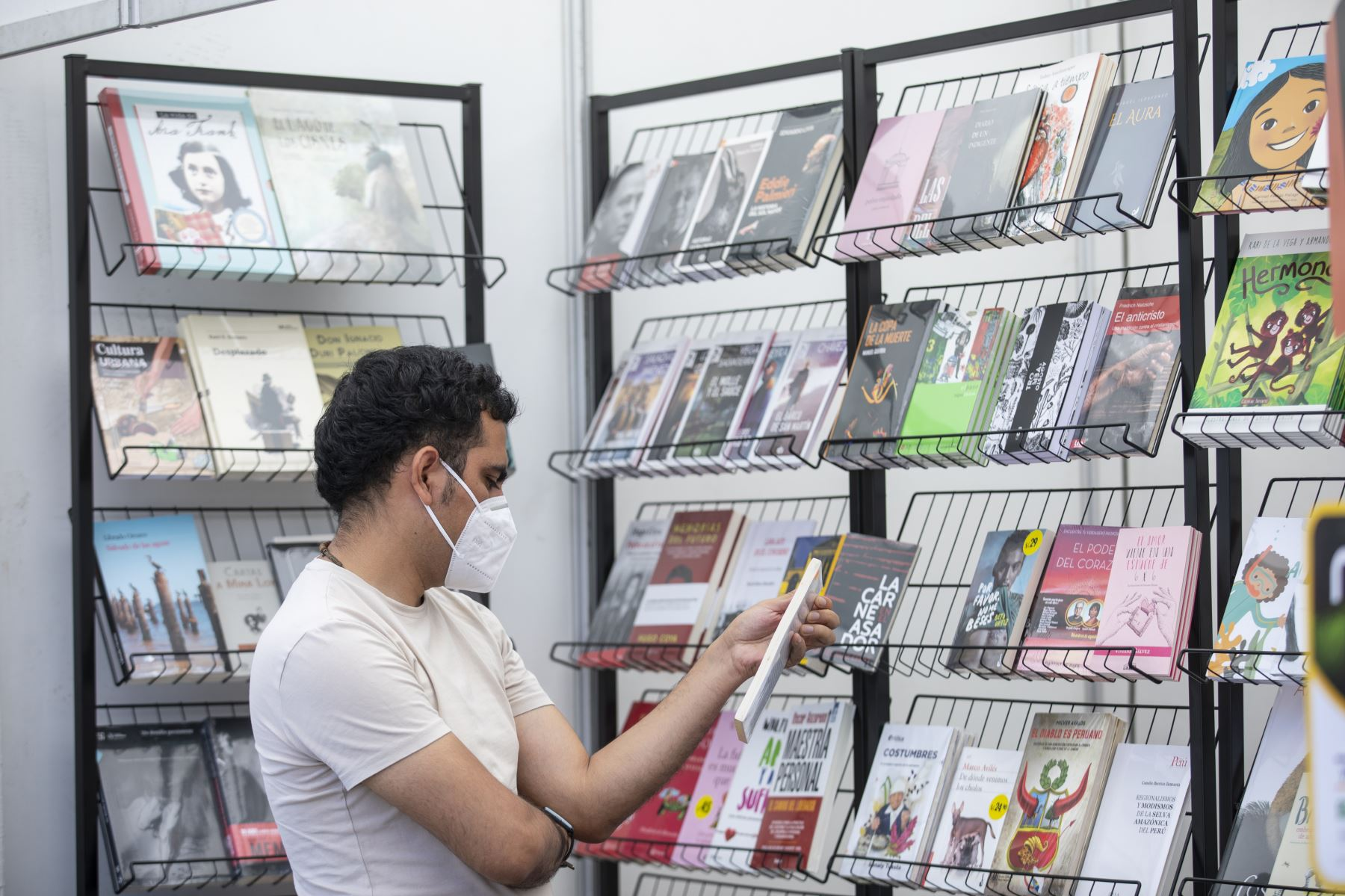La Feria Itinerante del Libro 2021 continúa hasta el 31 de enero en el parque Juana Alarco de Dammert, en el Cercado de Lima. El evento cuenta con todos los protocolos de seguridad para evitar la propagación del covid-19. Foto: MML