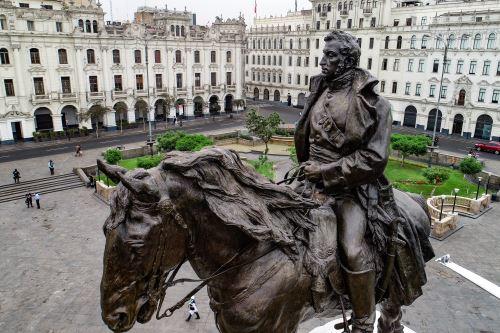 El alcalde  de Lima presenta el monumento al libertador José de San Martín totalmente restaurado
