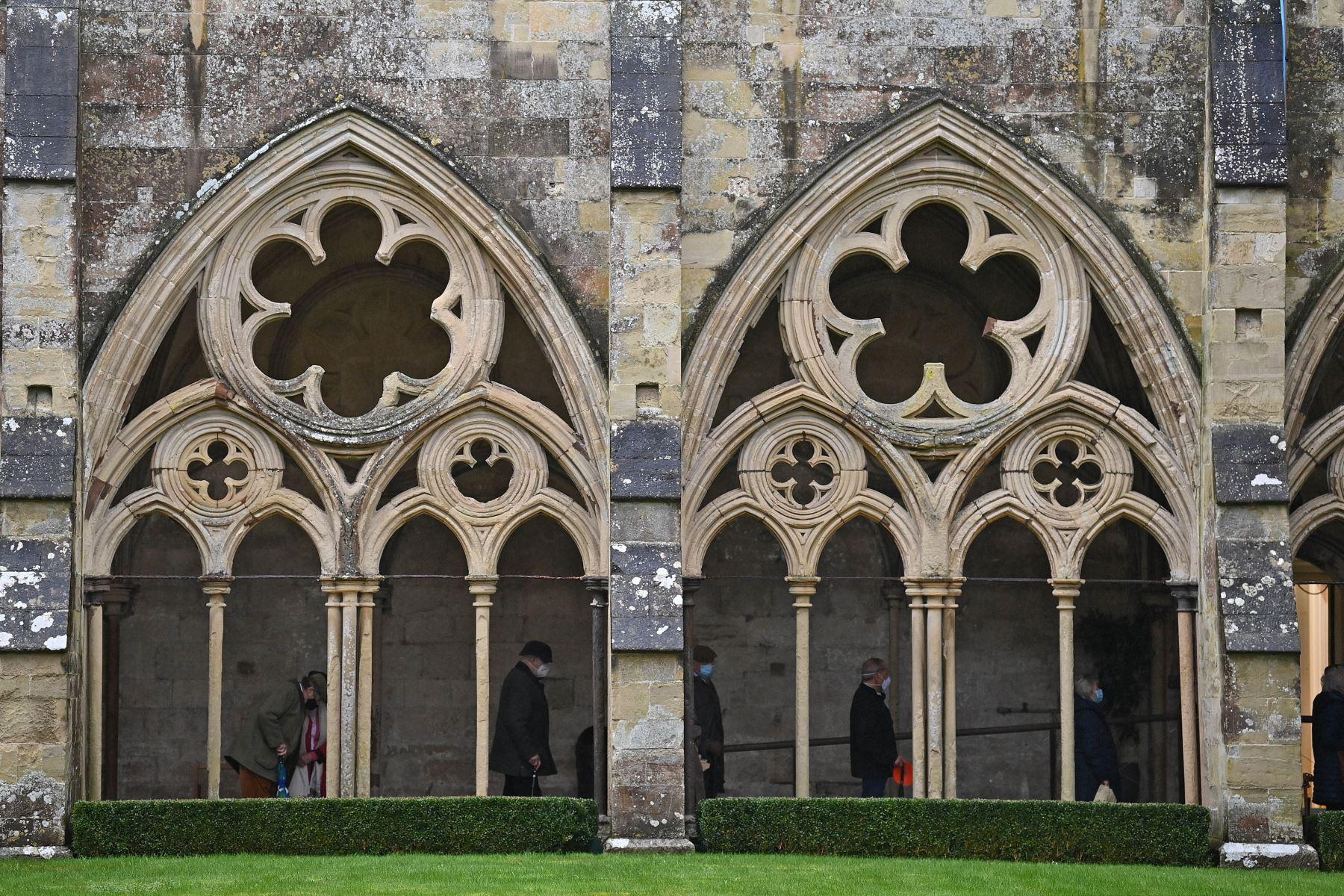 Público asiste a un centro de vacunación temporal establecido dentro de la Catedral de Salisbury en Inglaterra. Foto: AFP